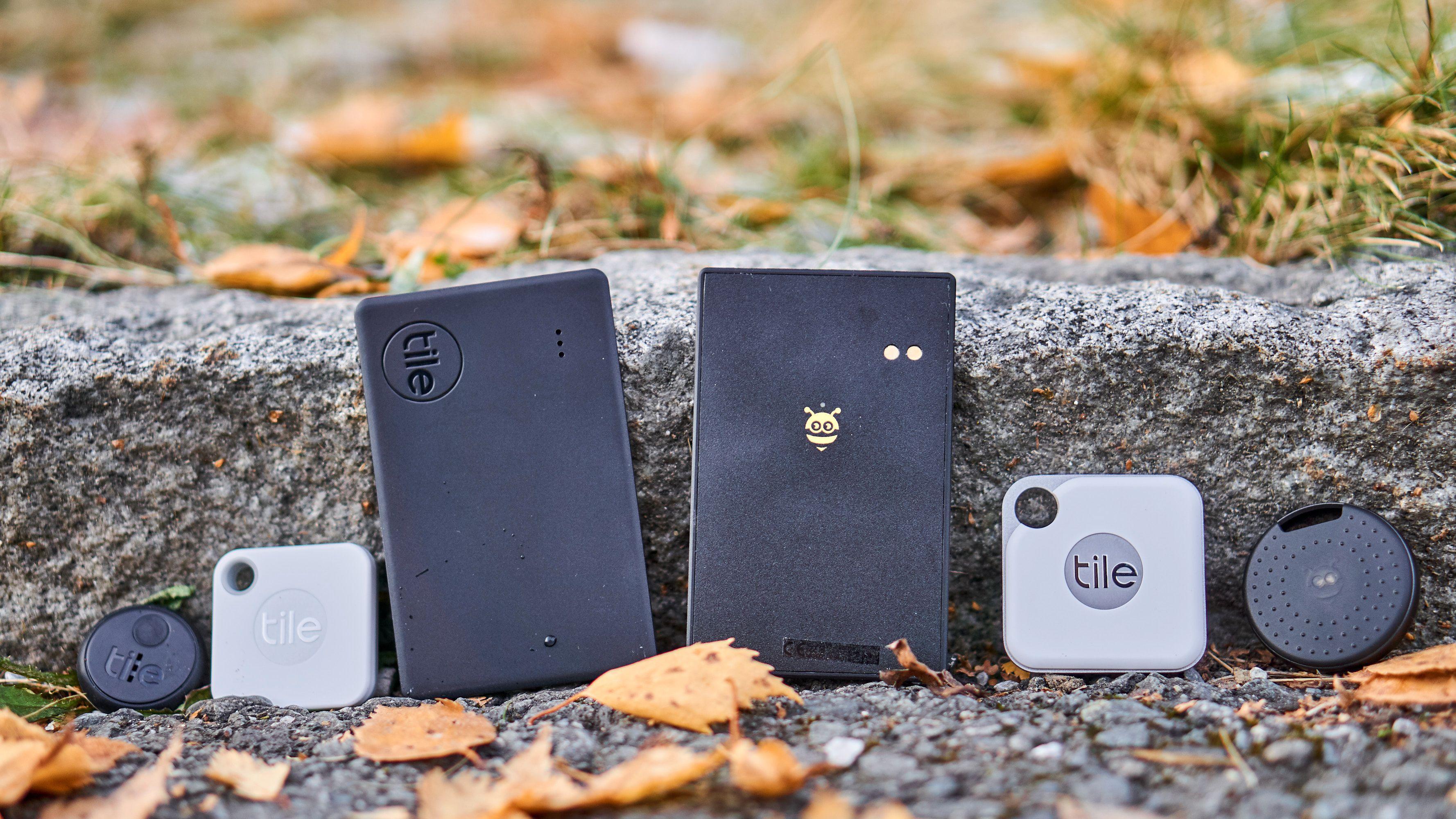 Seks nye sporingsbrikker. Fra venstre: Tile Sticker, Tile Mate, Tile Slim, Pebblebee BlackCard, Tile Pro og Pebblebee Finder 2.0.