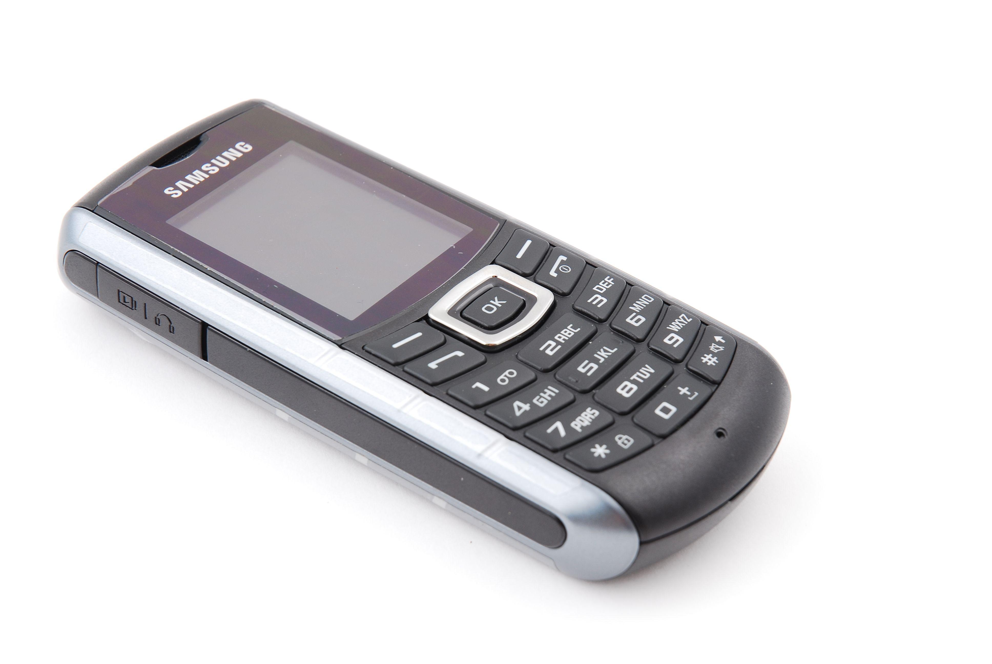 Samsung E2370 Xcover har ikke like ekstremt utseende som Sonims modeller.