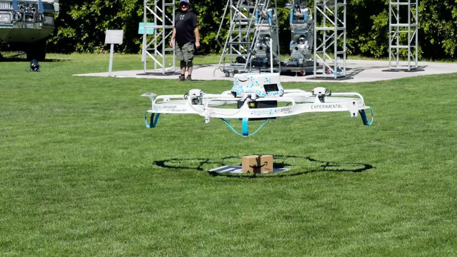 Her leverer Amazon sin første pakke med drone