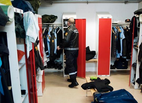 Før patruljen skal ut på veien må de passe på å ta på seg skuddsikker vest og å ta med annet utstyr. © 2008 Simon Aldra