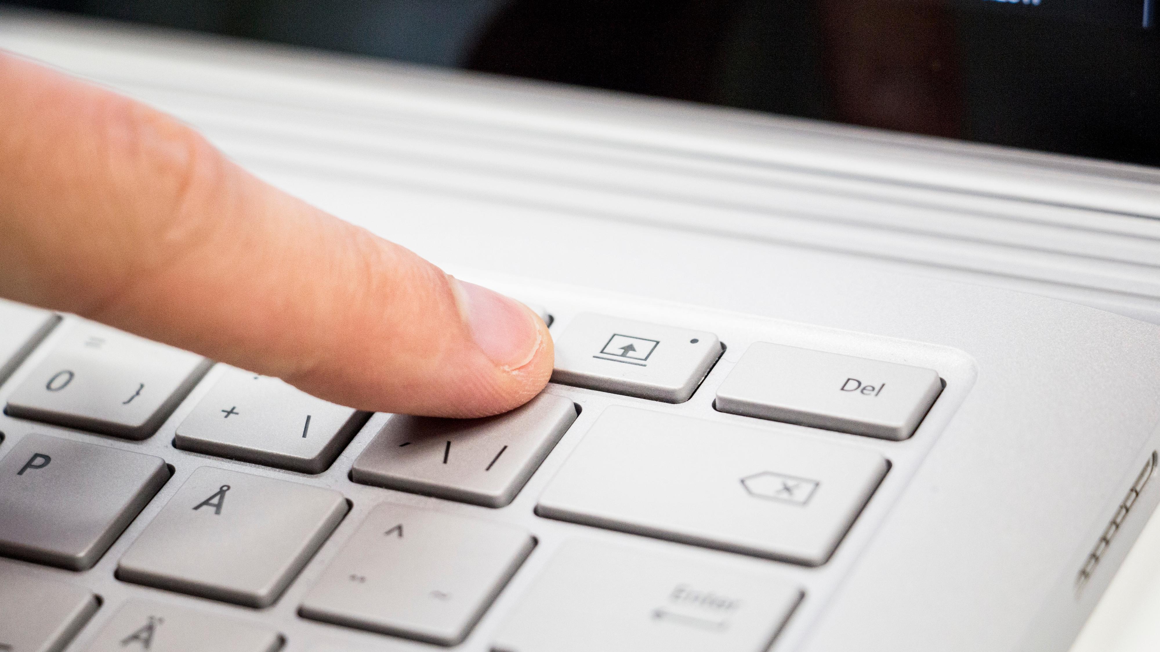 Skjermen vippes ut ved hjelp av denne knappen på tastaturet. Den fungerer uheldigvis bare når maskinen er skrudd på.