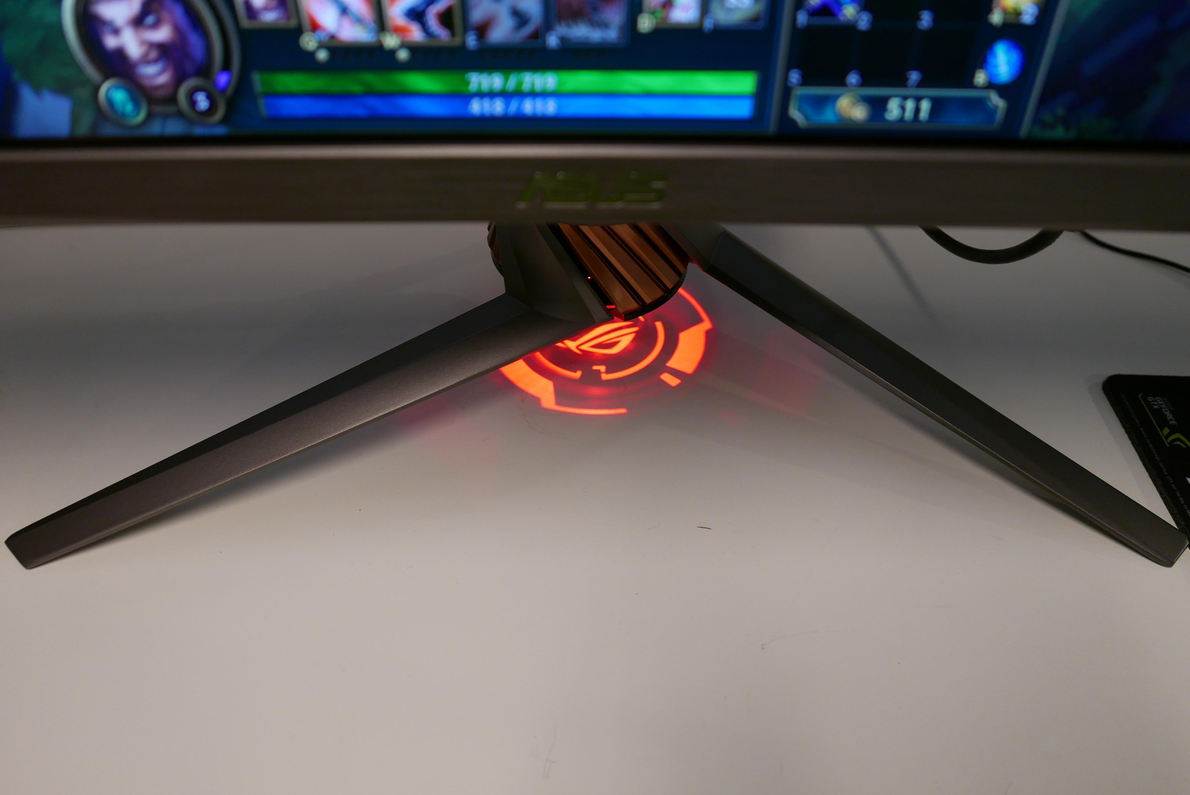 Skjermen har en projektor i foten som gir deg en logo på bordet den står.