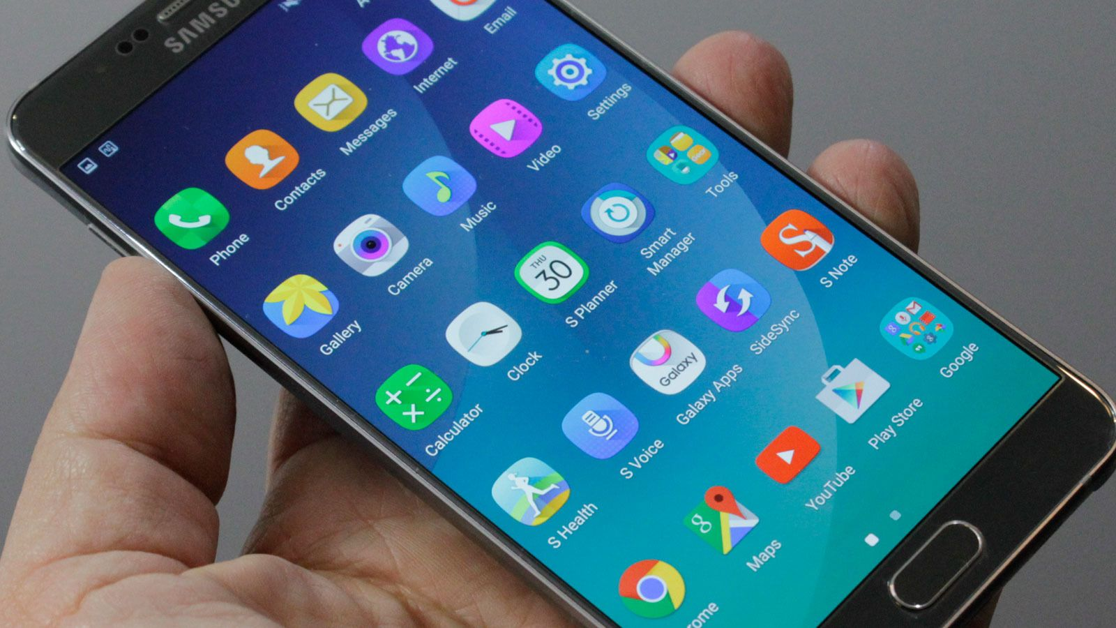 Galaxy Note 5 og S6 Edge+ har fått nye og rundere ikoner uten den hvite rammen vi kjenner fra Galaxy S6. I form minner de om ikonene på Nokia Belle, tidligere Symbian Belle. (Foto: Espen Irwing Swang, Tek.no)