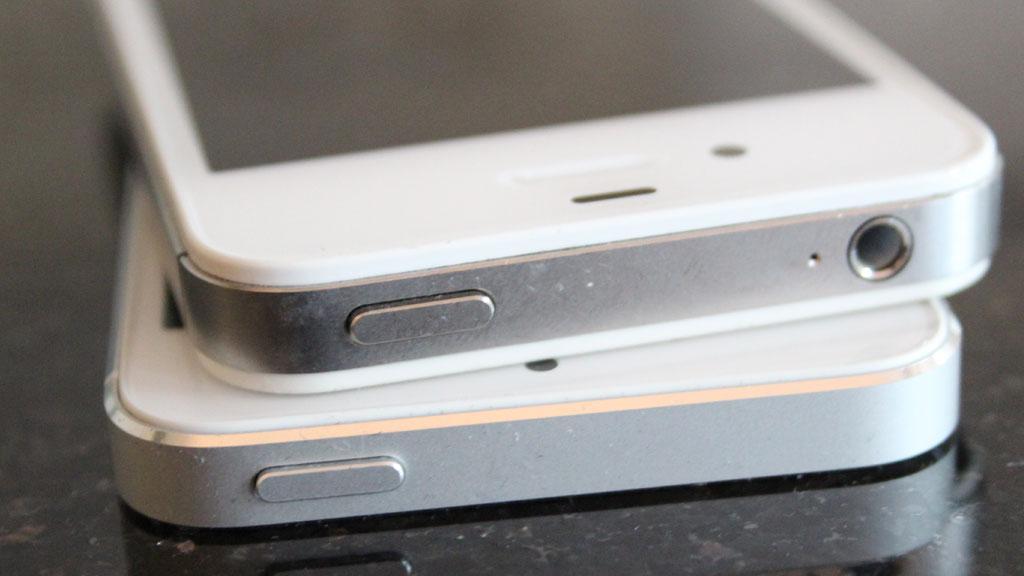 Både iPhone 4S (øverst) og iPhone 5 (under) solgte godt før jul.Foto: Espen Irwing Swang, Amobil.no