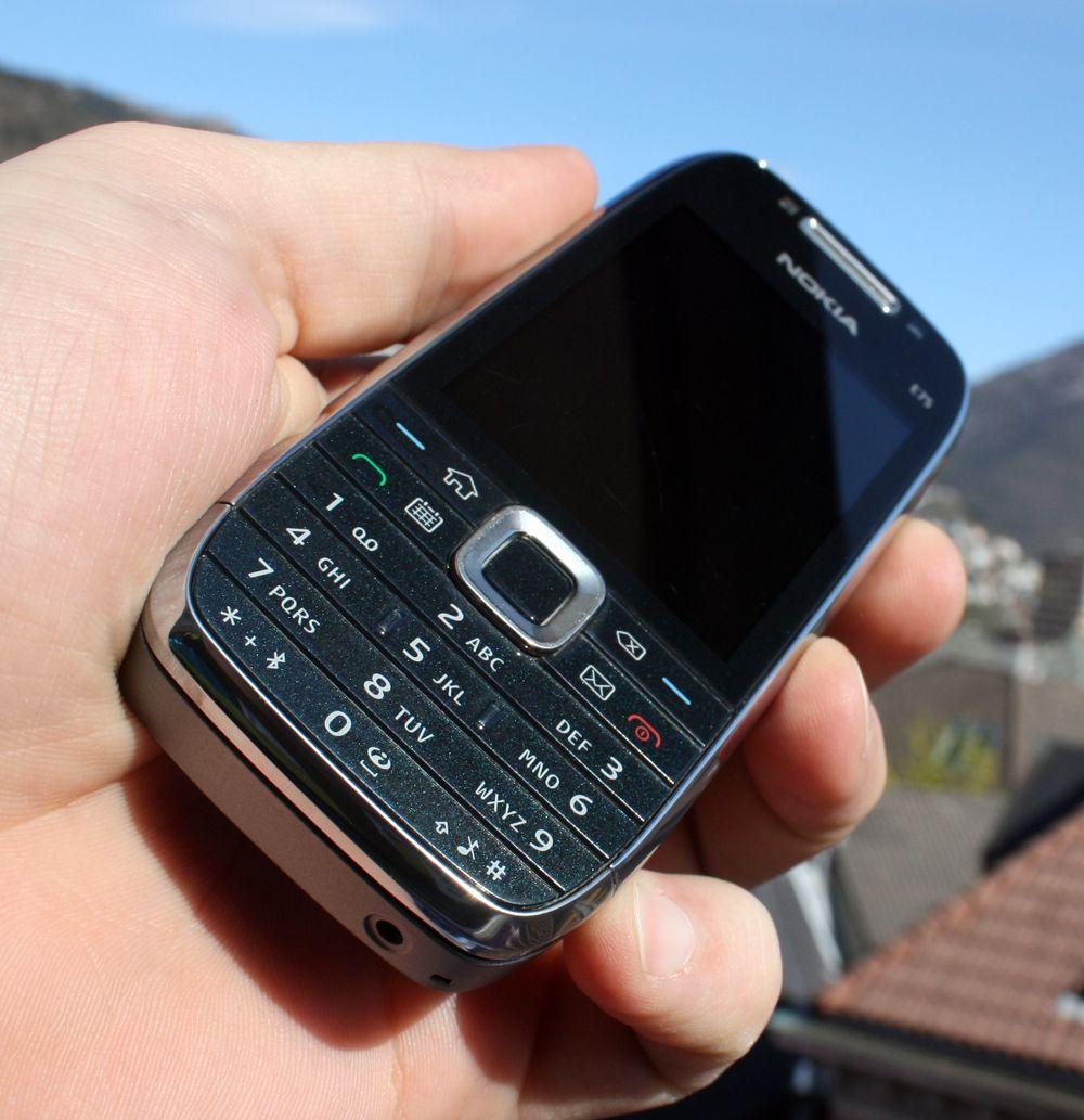 Nederste del av telefonen er plast.