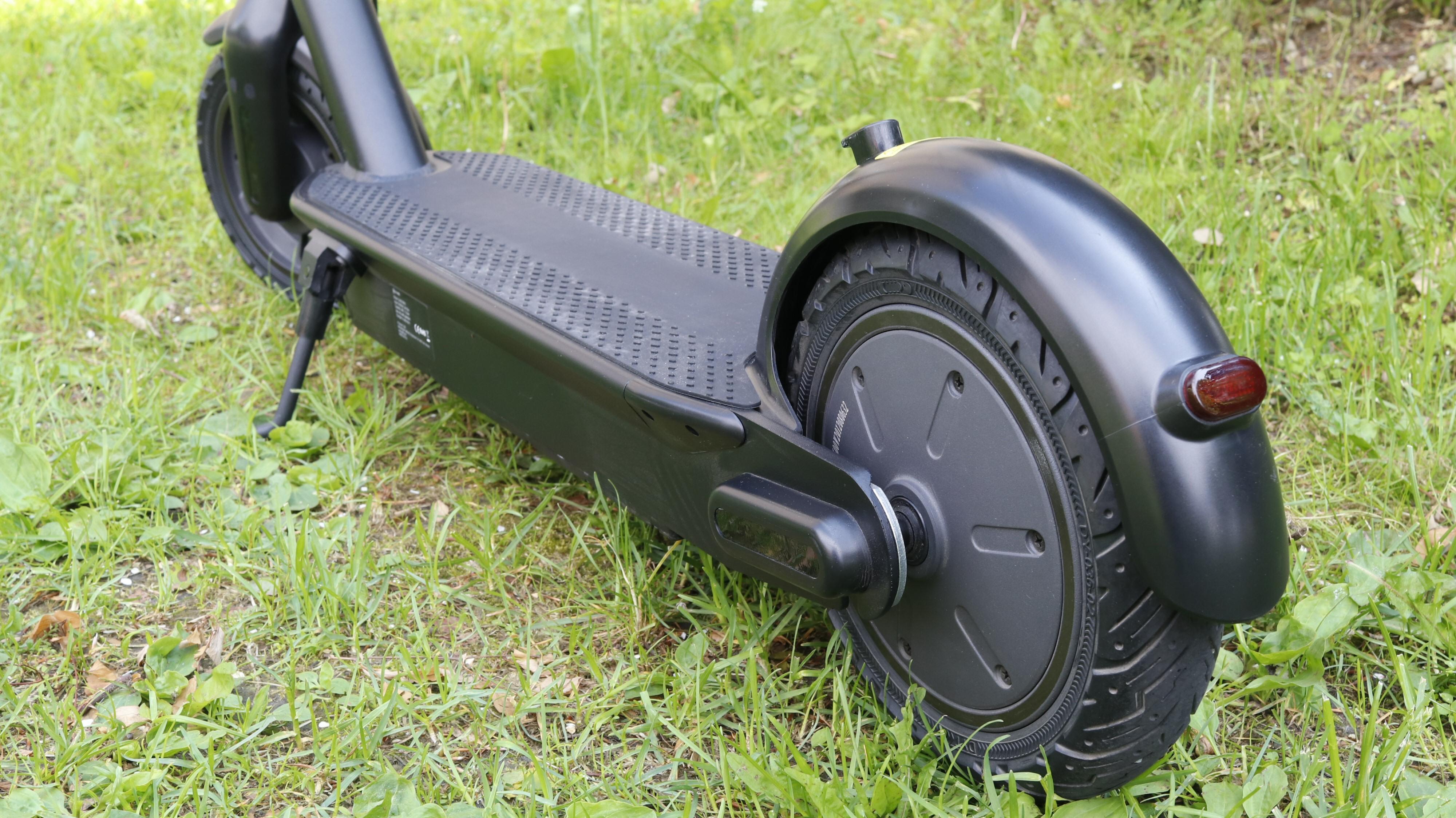 Med motoren på bakhjulet blir elsparkesykkelen også litt baktung.
