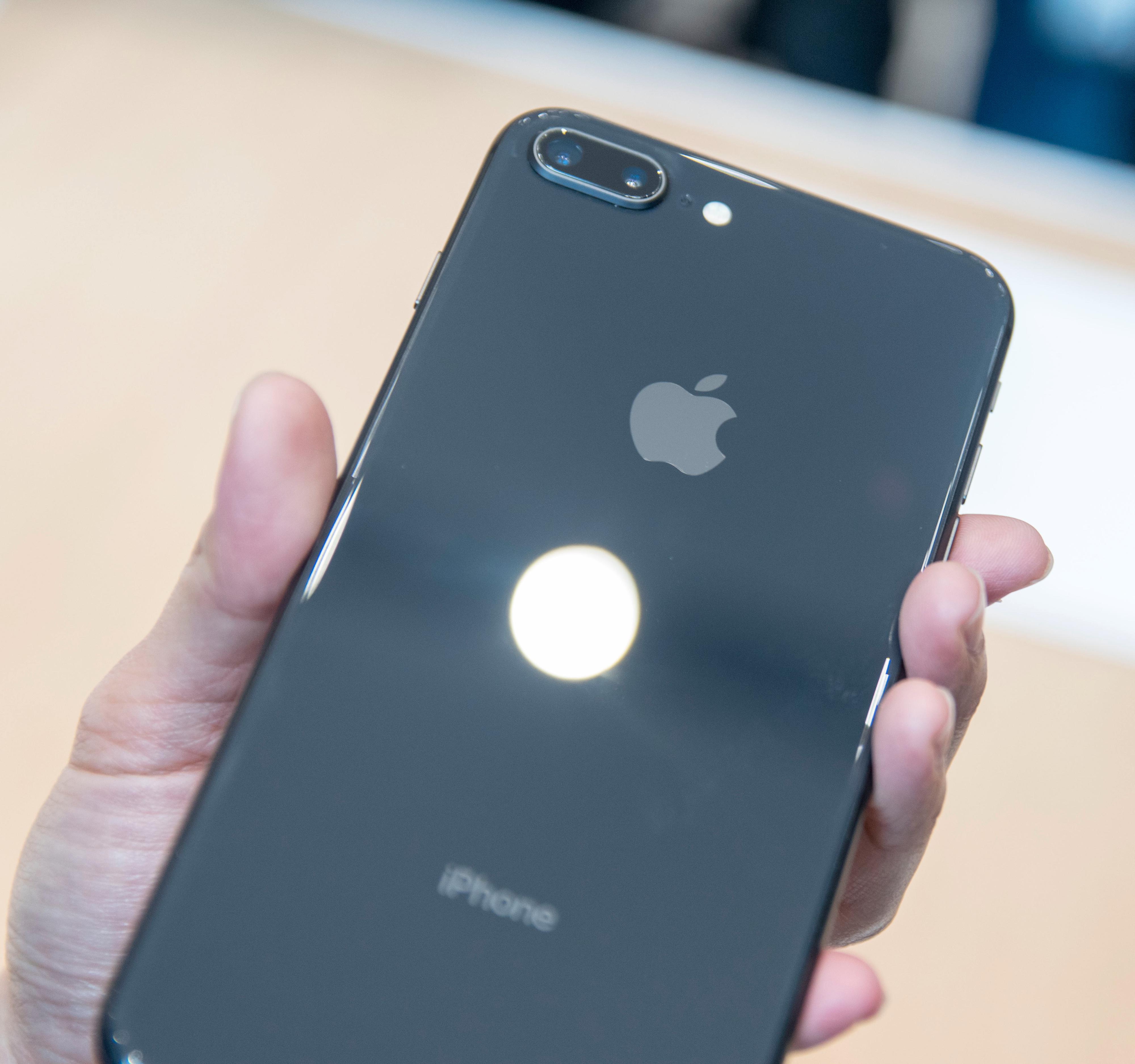 Blanke baksider i glass gjør at de nye iPhone-modellene kan lade trådløst. Dette er iPhone 8 Plus, som deler enkelte av kameraegenskapene med iPhone X.