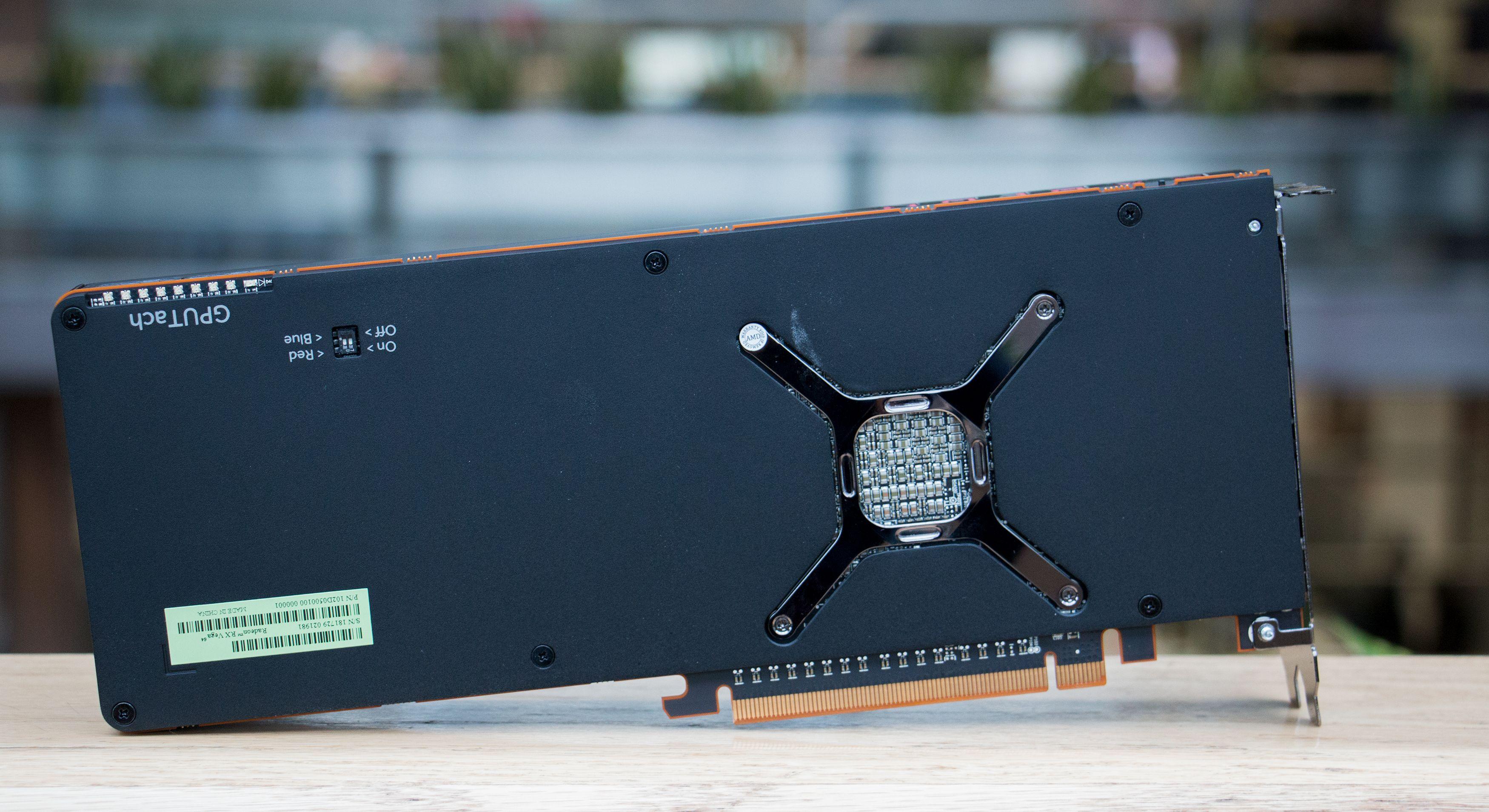 Selv referansedesignet til AMD har fått en bakplate. Lekkert, om ikke annet.