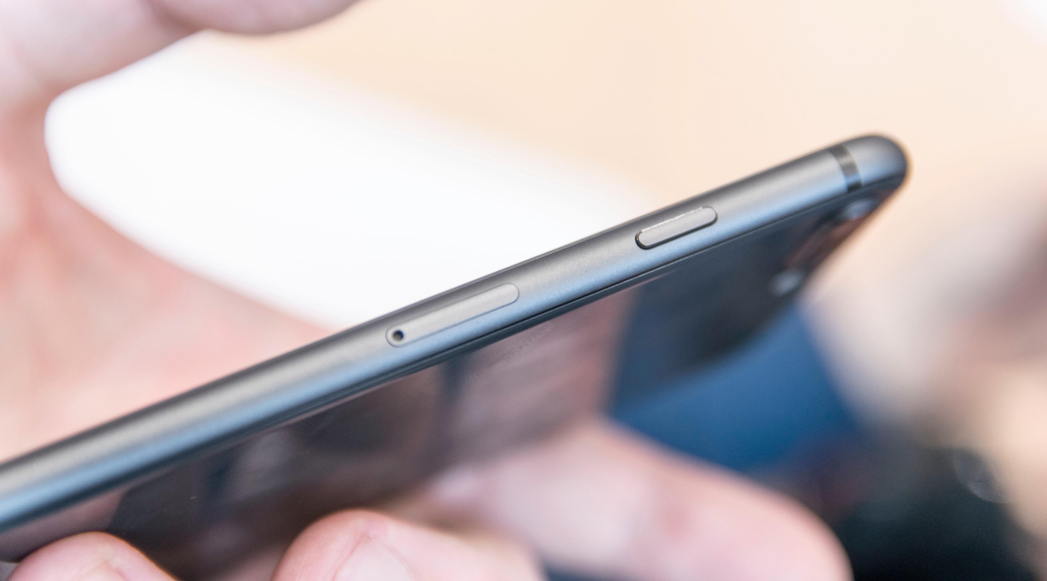 iPhone-designen holder seg godt, og blir spritet akkurat tilstrekkelig opp ved at baksiden nå er i glass, med metallramme rundt.