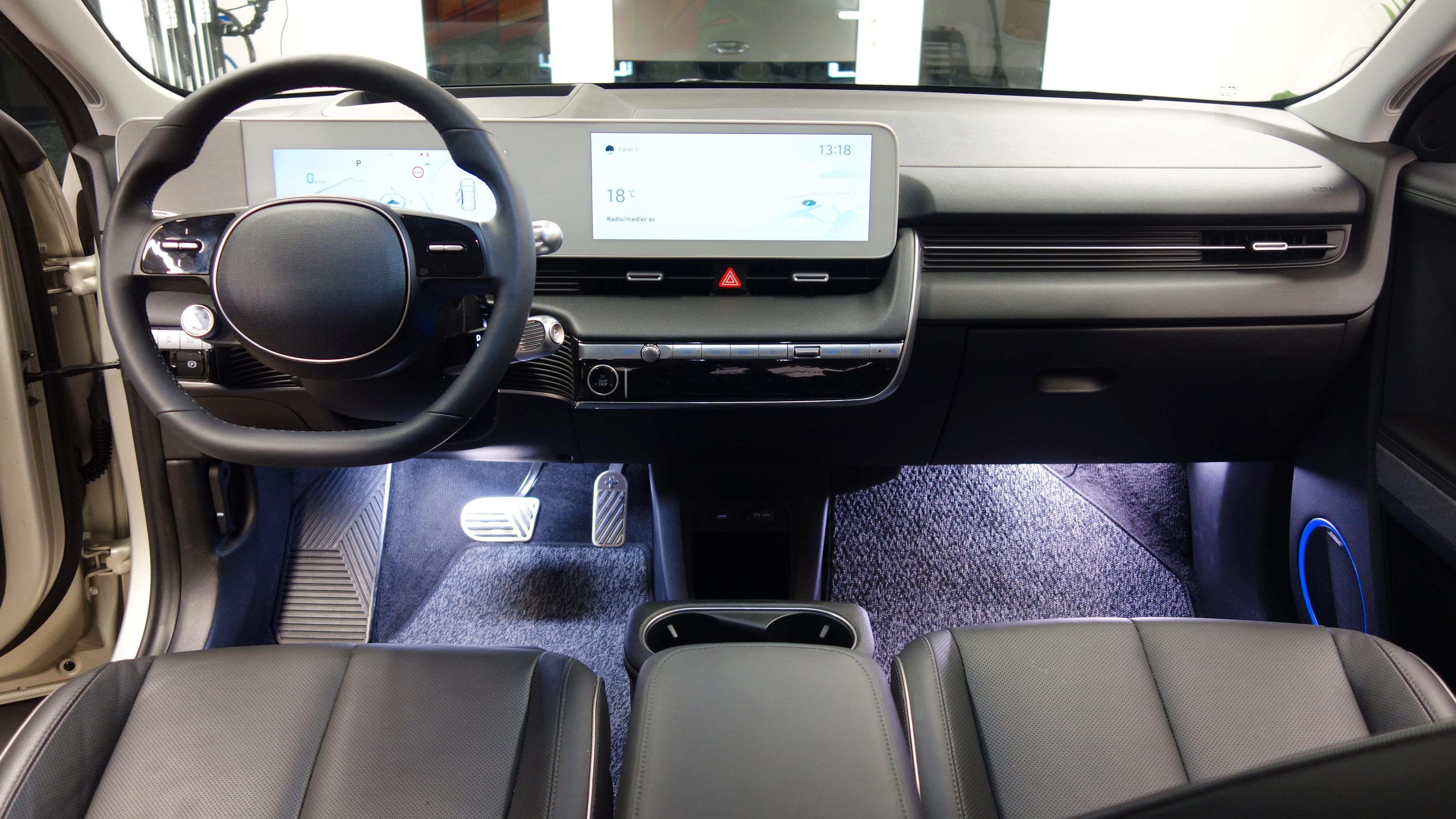 Ioniq 5 har et meget minimalistisk førermiljø, med meget god plass til beina.