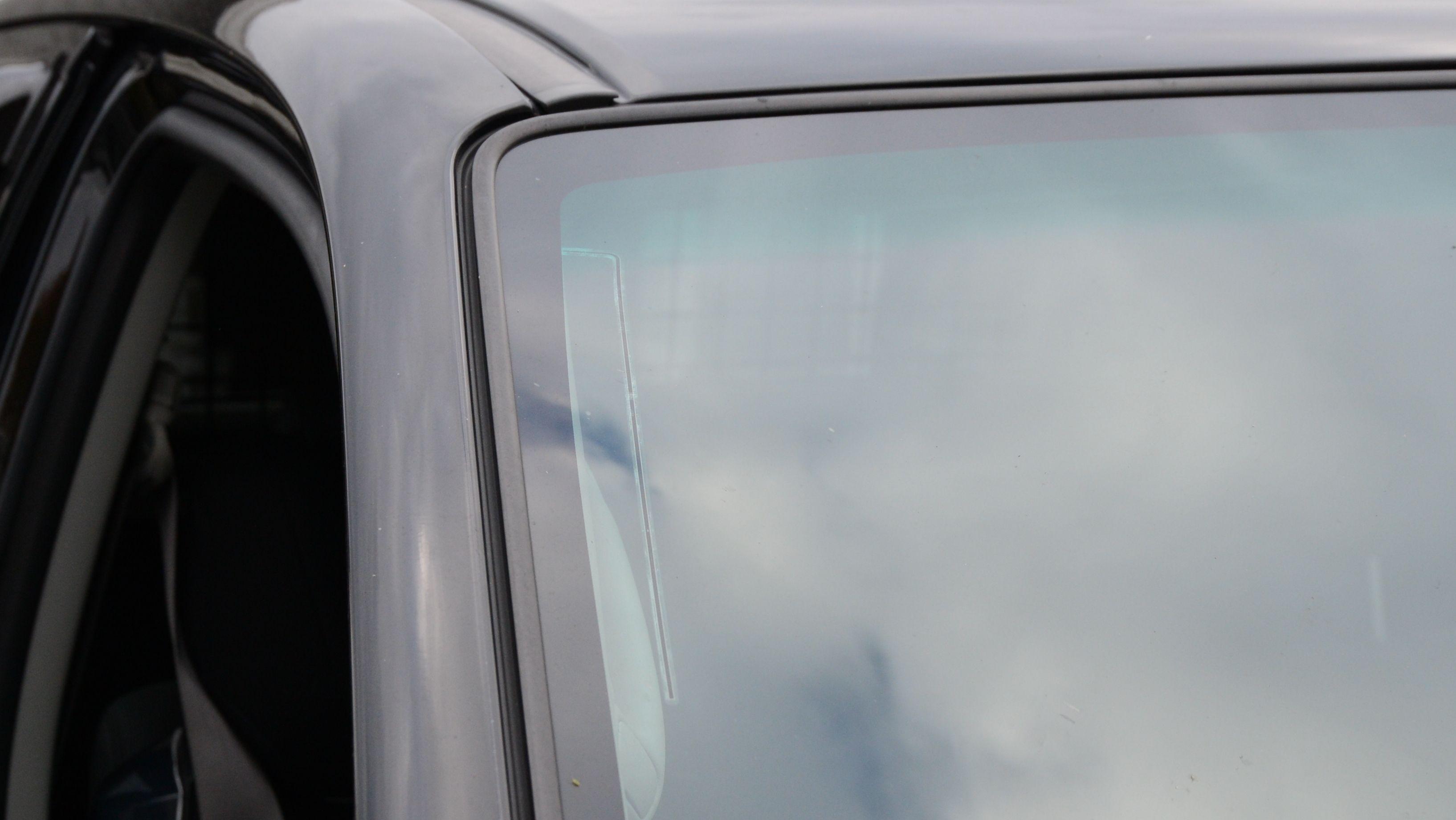 Antennen syns knapt nok utenfra eller innefra. Her ligger den rundt to centimeter fra kanten på glasset.