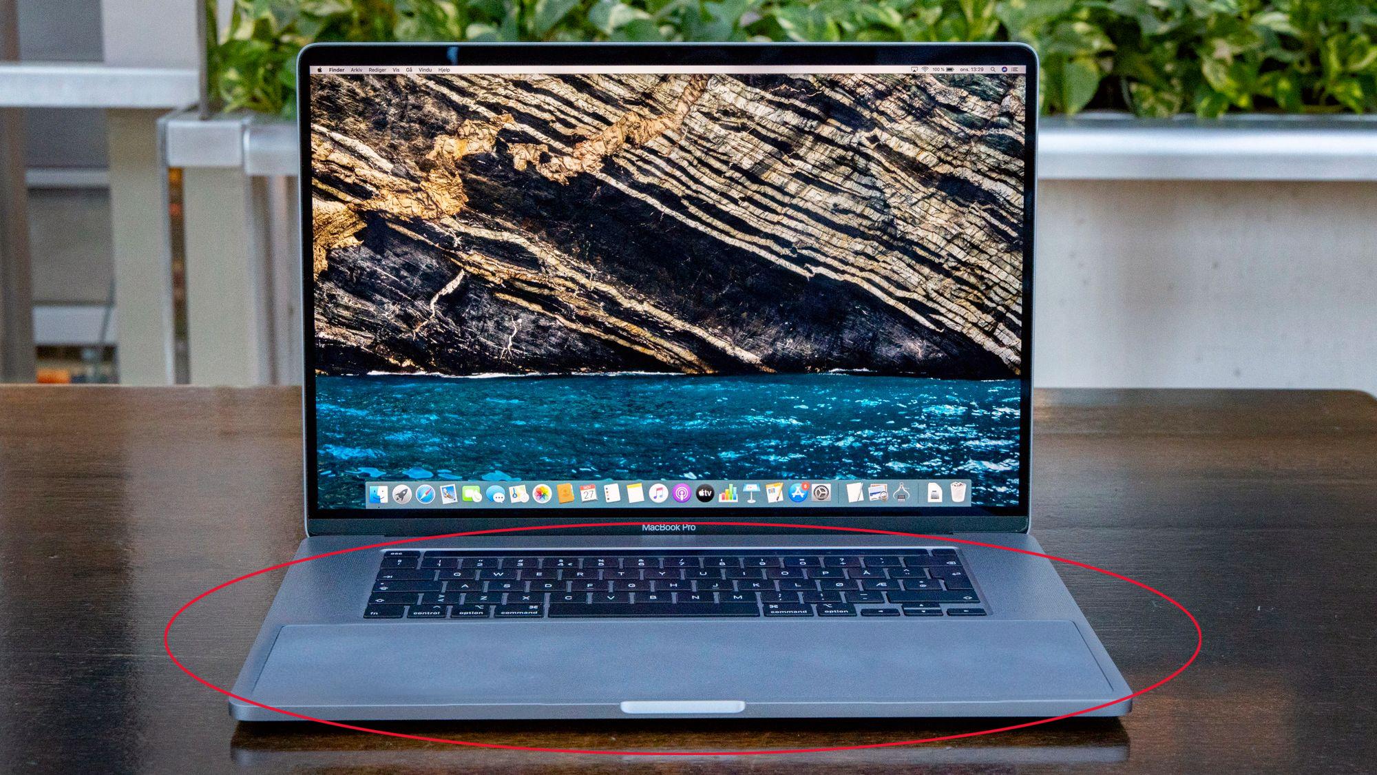 Bildet er manipulert. Slik kunne en MacBook sett ut hvis berøringsflaten var spredd utover hele området under tastaturet.