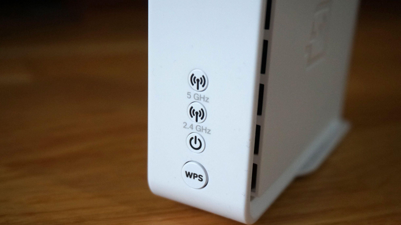Tre små lamper forteller deg stort sett det du trenger å vite om systemet. Om 5 GHz-lampa blinker kjapt med jevne mellomrom er mesh-nettverket intakt.