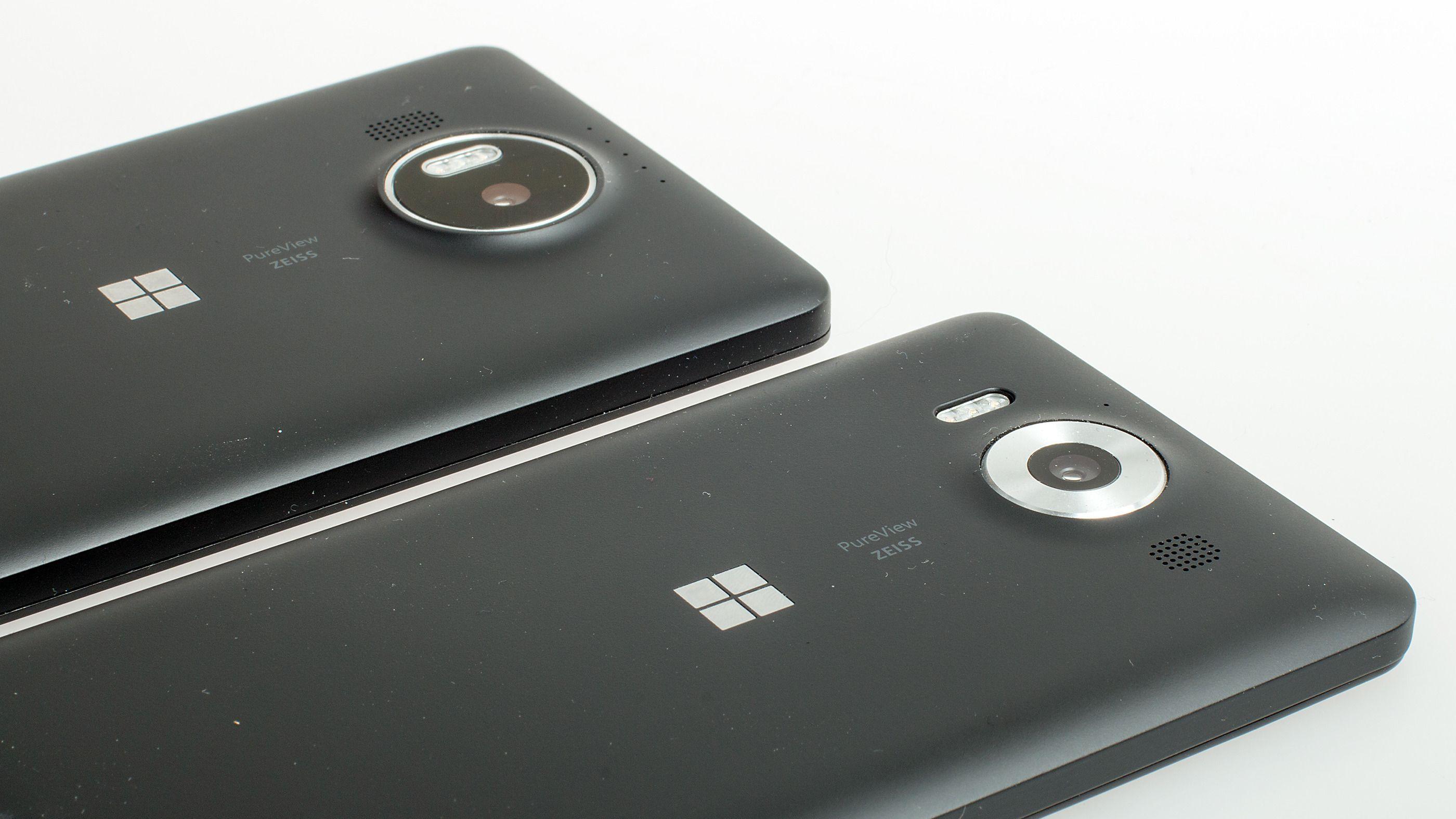 Lumia 950 (nærmest) og 950 XL bruker samme kamera, selv om de ser litt forskjellige ut på utsiden. Tre fargede LED-lys sørger for riktig farge på blitslyset. Foto: Kurt Lekanger, Tek.no