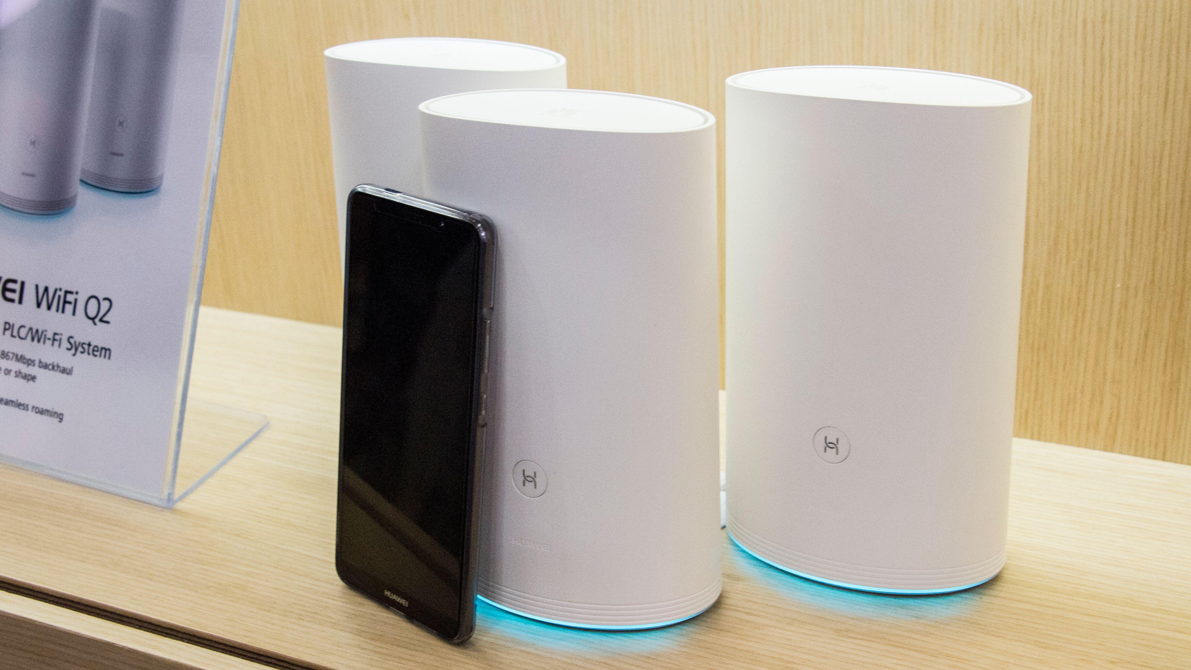 Systemet fås også i en pakke med tre baseenheter. Disse vil kunne kombinere strømlinjeoverføring og trådløs overføring. Her sammen med en Huawei Mate 10 Pro for skala.