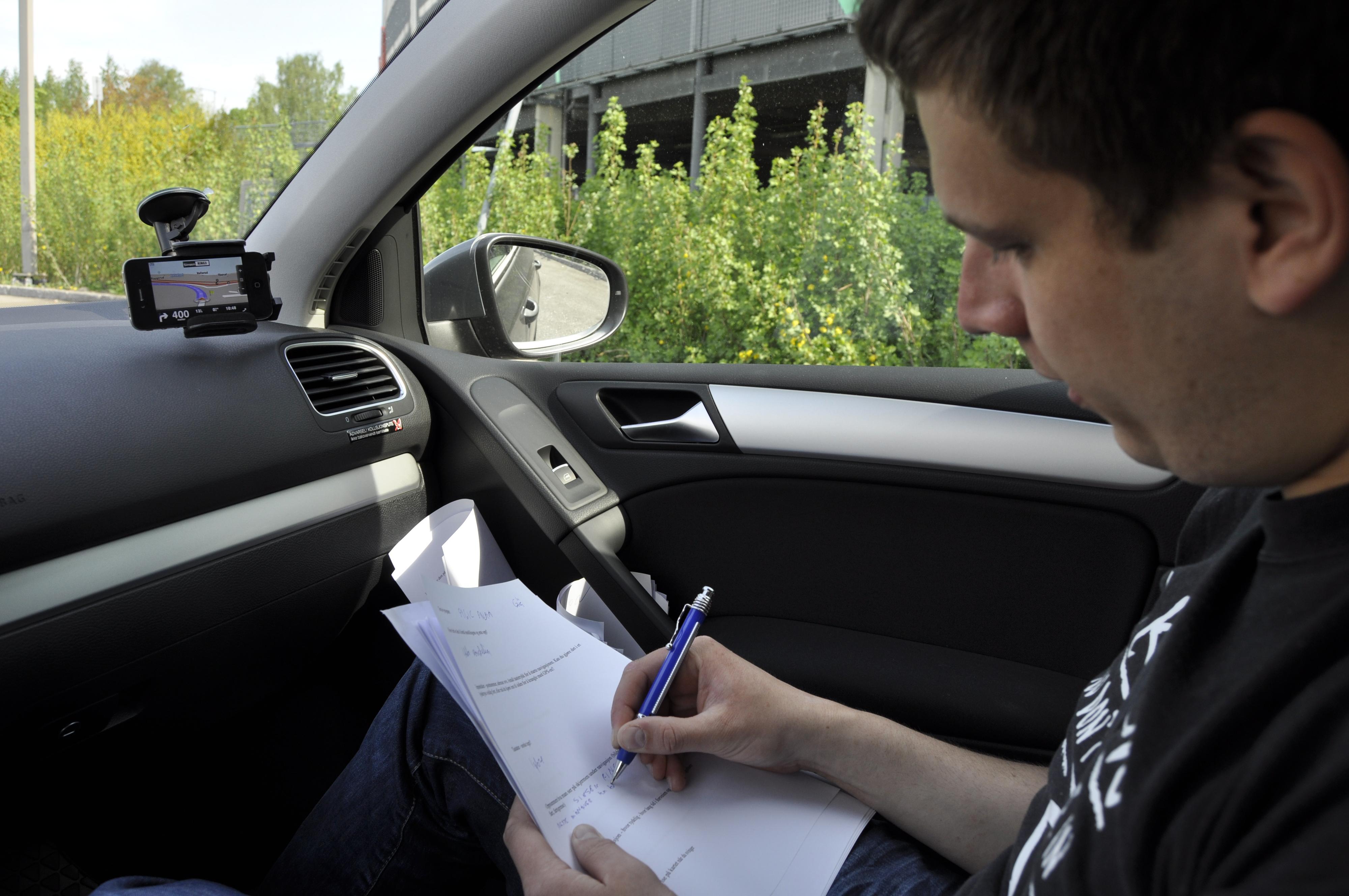 Einar Eriksen noterer iherdig resultatene fra iPhone-appene.