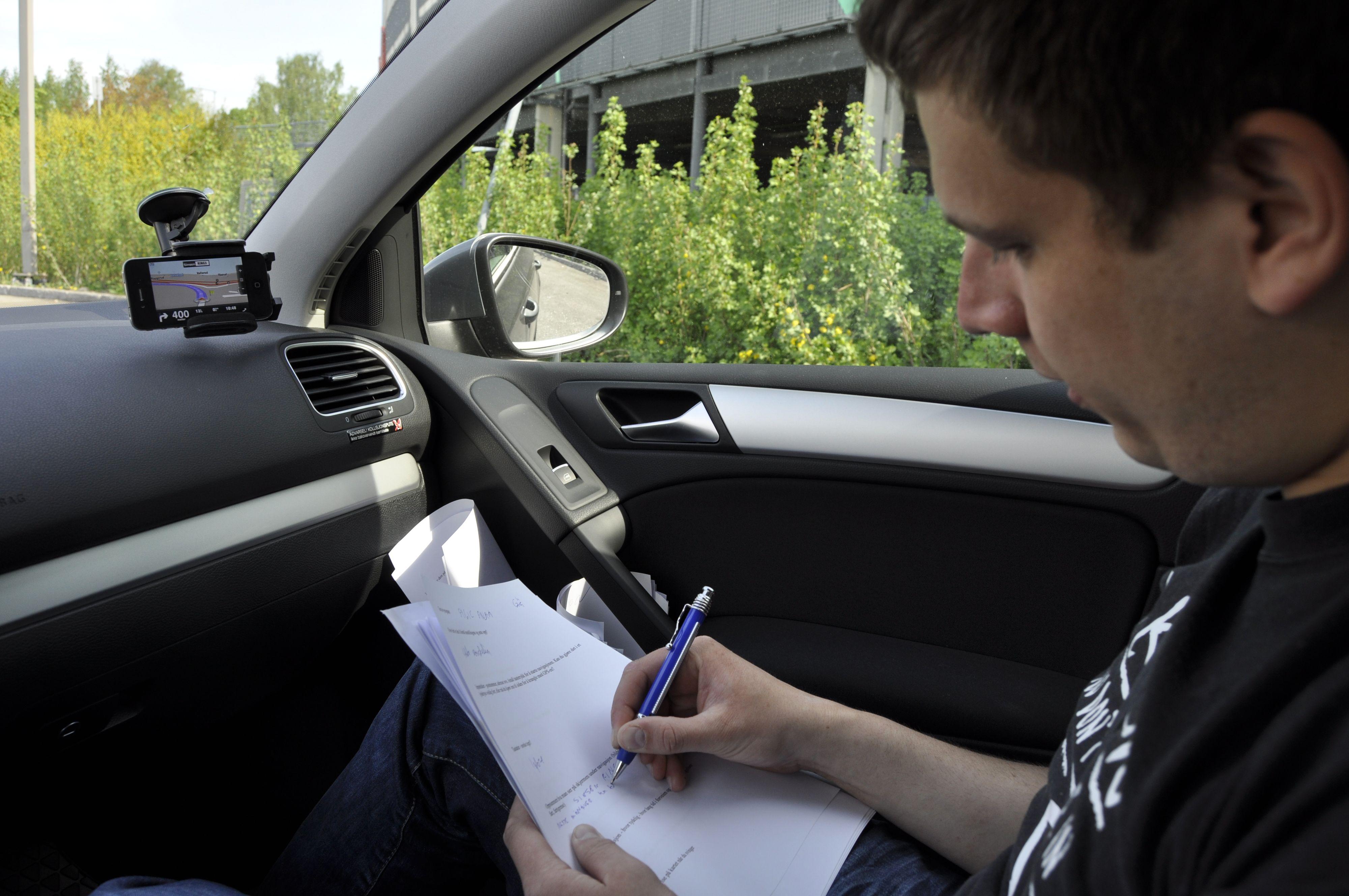 Einar Eriksen noterer for harde livet under testing av navigasjonsapps.