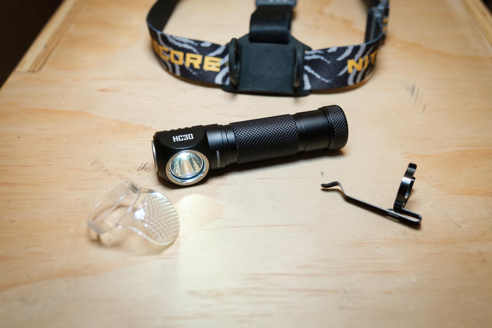 HC30 kommer med belteklips, lys-spreder og hodebånd