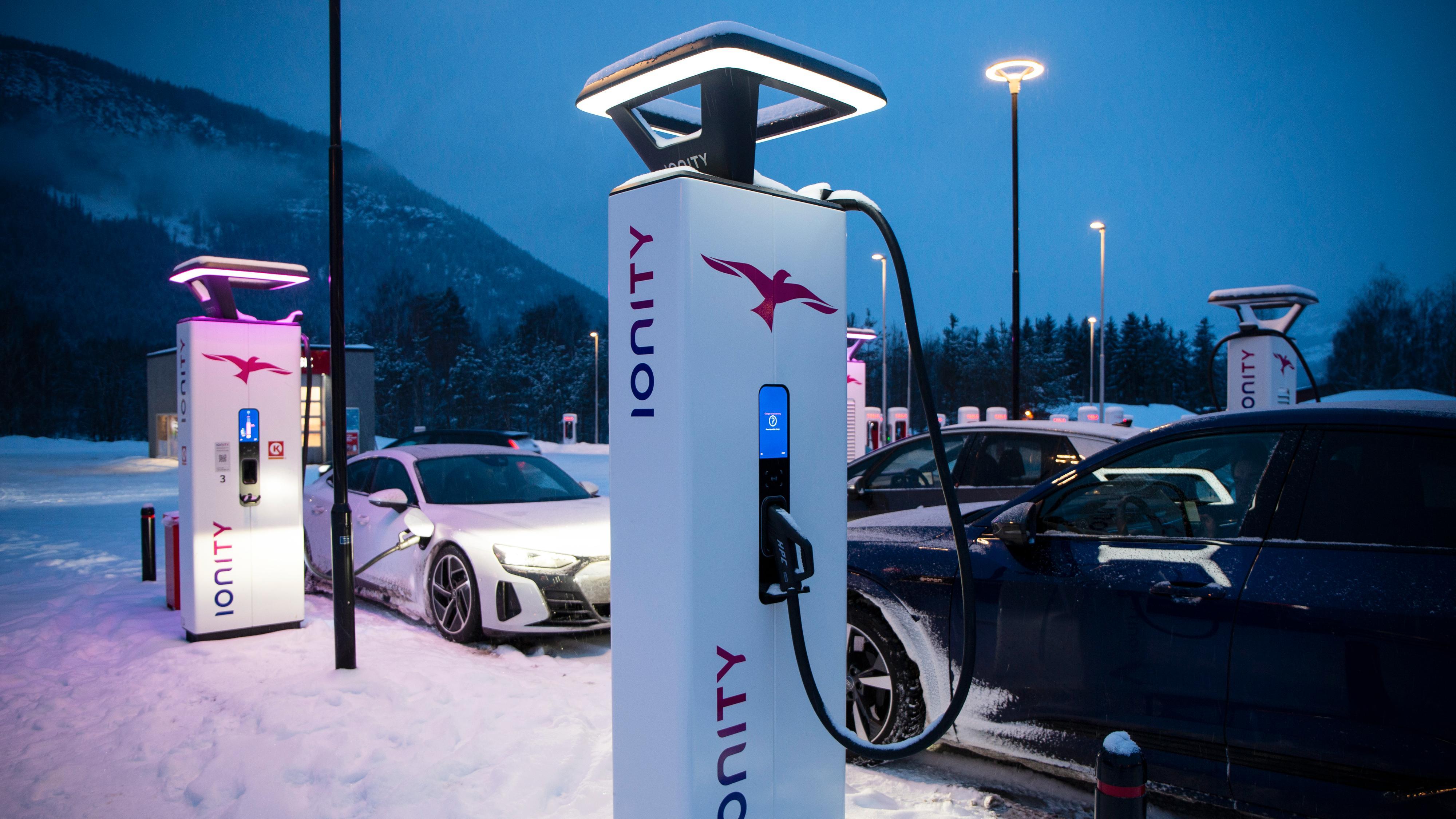 De raskeste laderne langs veien er disse fra Ionity, som kan levere 350 kilowatt. Teslas ladere kan «bare» levere 250 kilowatt.