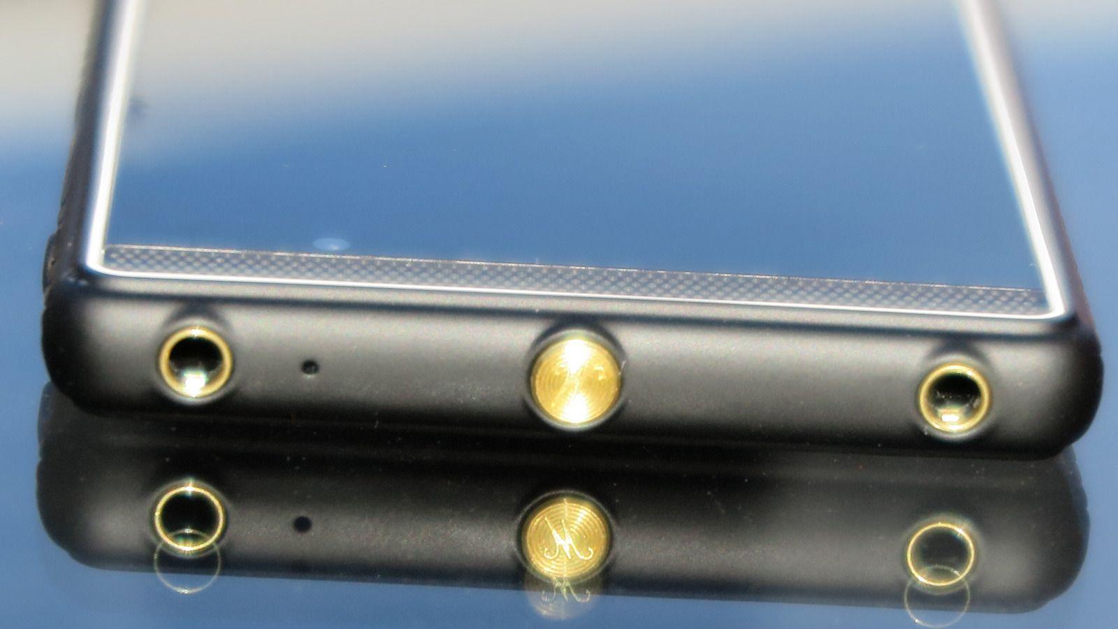 Marshall London har to lydutganger. Bare den til høyre på bildet virker med kontrollene og mikrofonen på de medfølgende ørepluggene.Foto: Espen Irwing Swang, Tek.no