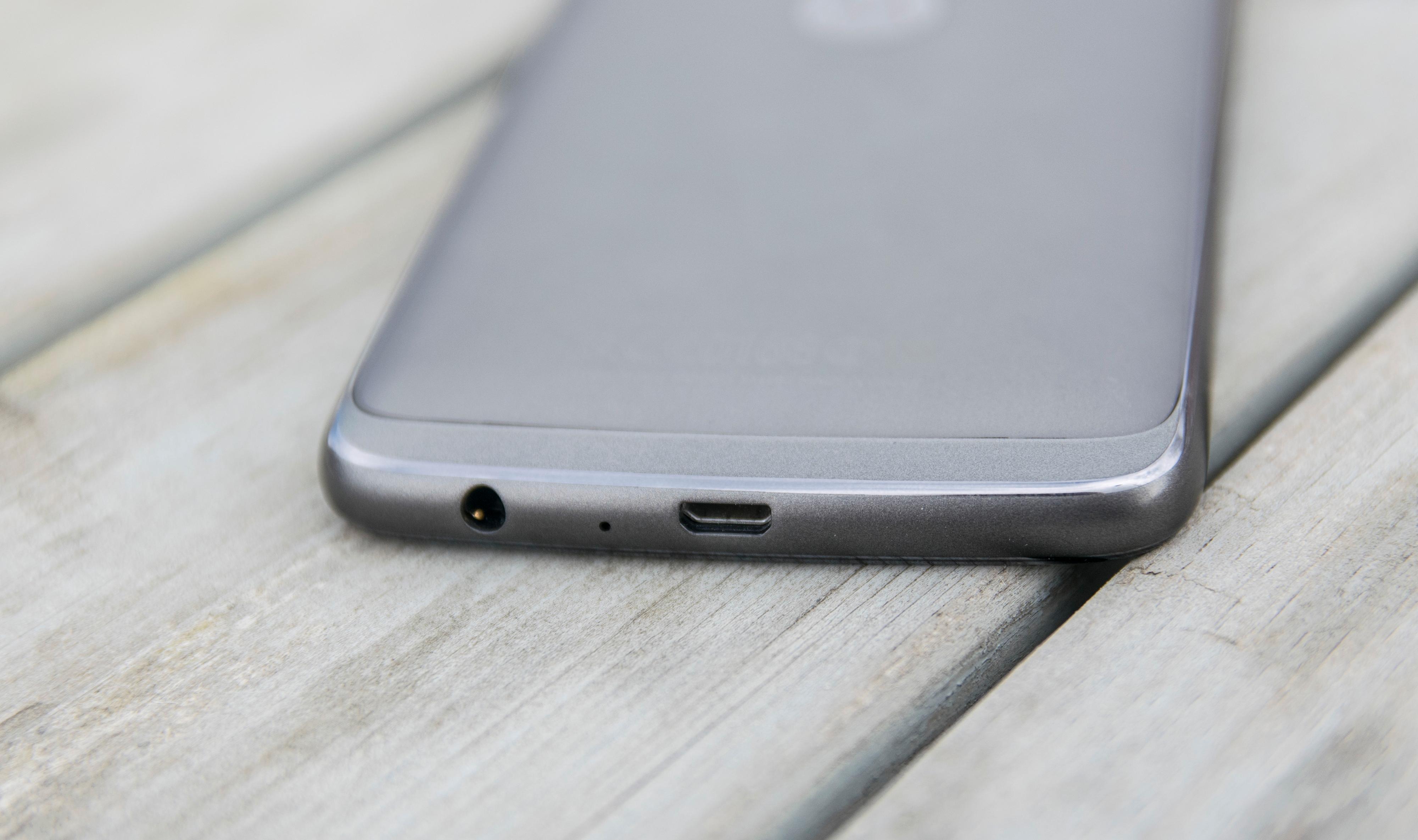 Hodetelefonkontakt og Micro-USB i bunnen av telefonen. USB-C hadde vært et kjekt tillegg - men når resten er så voldsomt bra for sin prisklasse føles det urettferdig å klage.