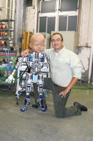 Dr. Javier Movellan poserer sammen med en uferdig versjon av Diego-san.Foto: UCSD Machine Perception Lab