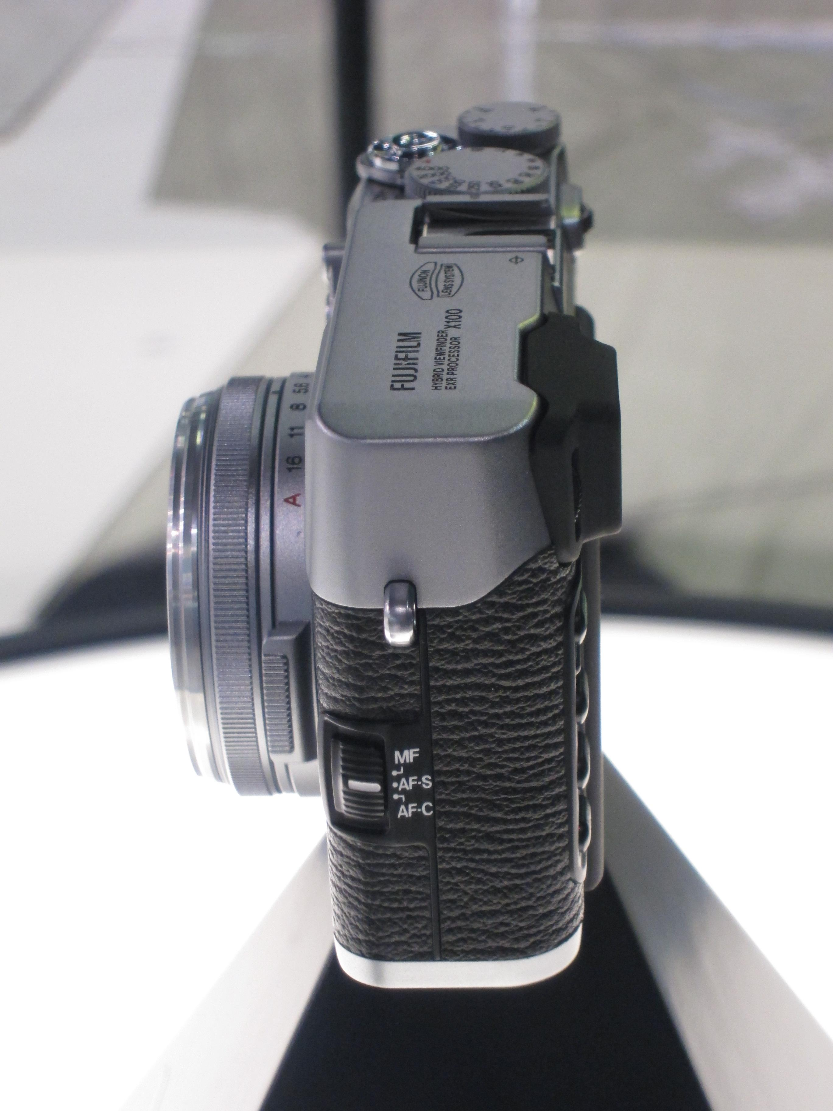 Prototype av Finepix X100. Legg merke til bryteren for å velge fokus.