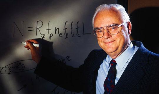 Astronomen Frank Drake med sin kjente ligning. Foto: SETI