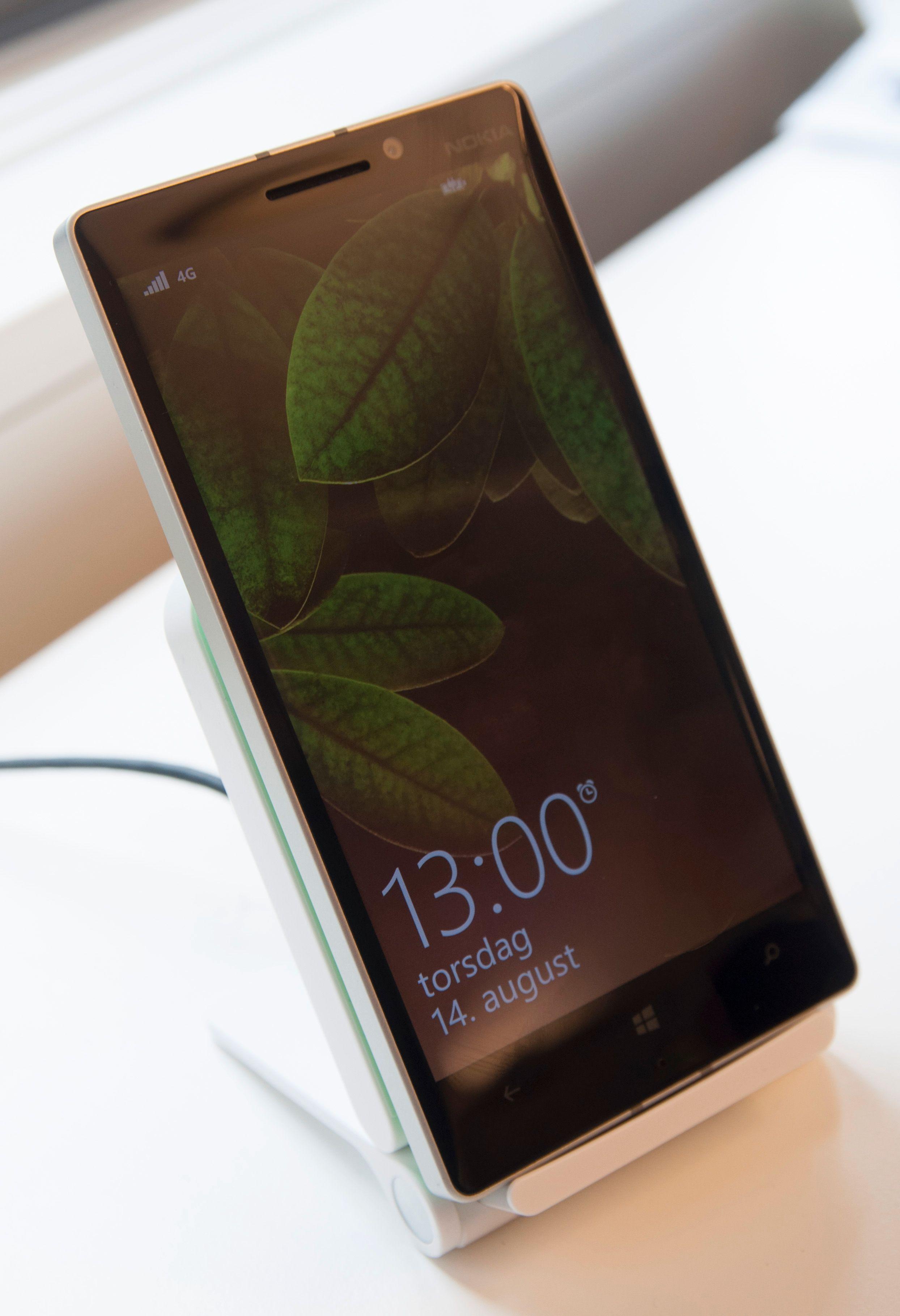 Nokia Lumia 930 støtter stort sett de trådløse ladeløsningene du finner i butikk i dag. Her flotter den seg i LGs nye trådløse lader.Foto: Finn Jarle Kvalheim, Amobil.no