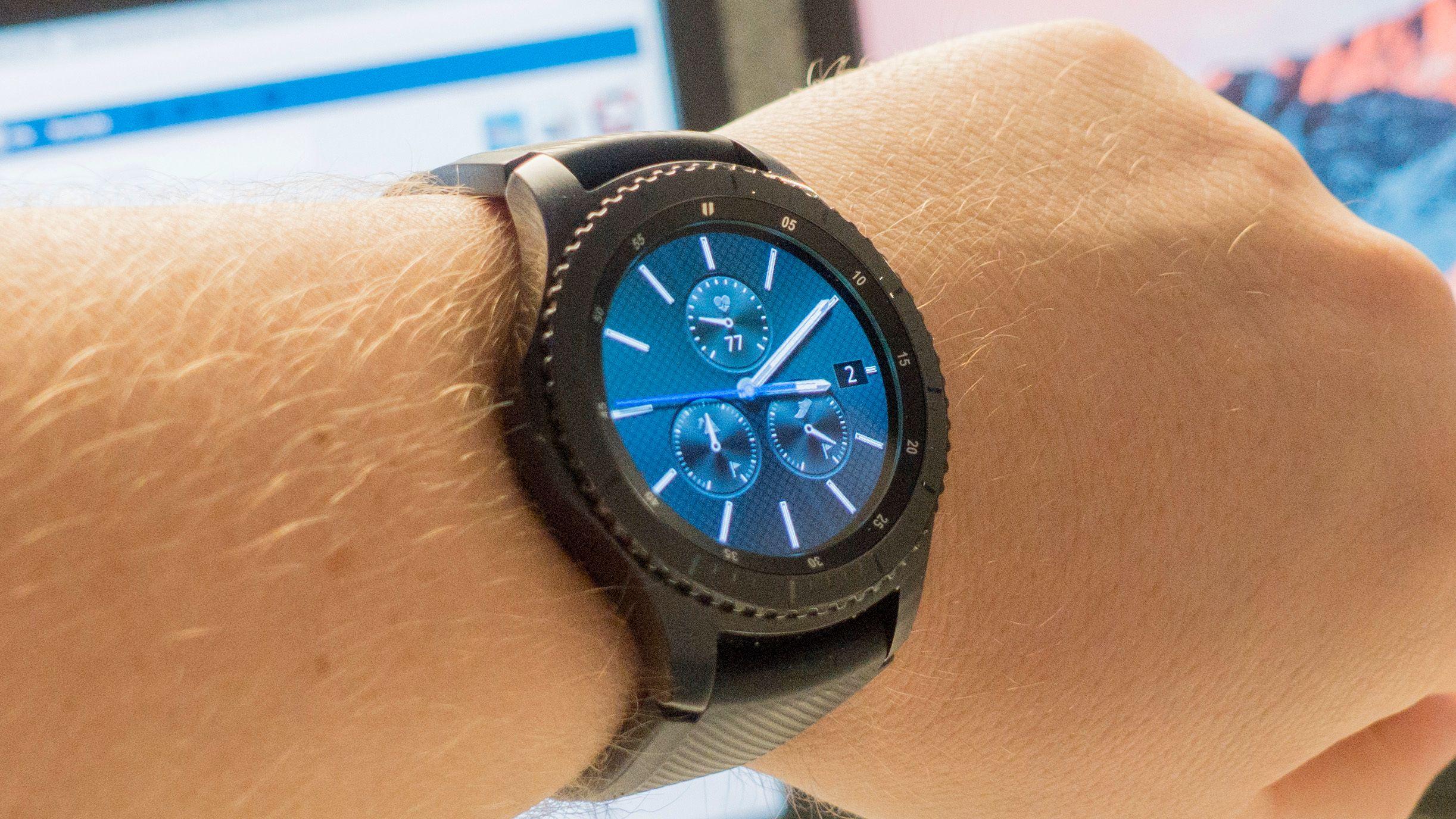 Gear S3 kan fort bli vel stor for mange å ha på armen. En av grunnen til størrelsen er den store og gode skjermen på 1,3 tommer. .