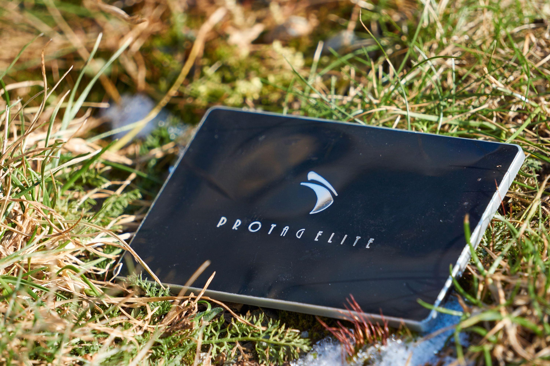 Protag Elite skiller seg ut med en radikalt annen formfaktor enn de andre sporingsbrikkene i testen.