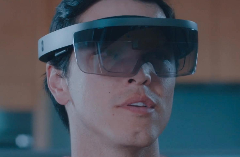 Slik ser selve Hololens-brillen ut. Den kontrolleres ved hjelp av stemmen og bevegelser. Foto: Microsoft / Skjermdump