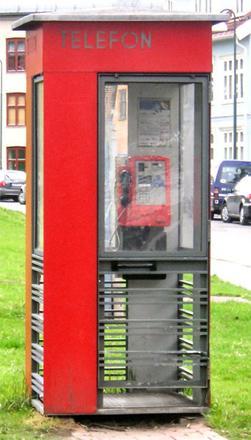 De tradisjonelle røde telefonkioskene er ikke lenger like vanlige som de blå. (Foto hentet fra Wikipedia.no)