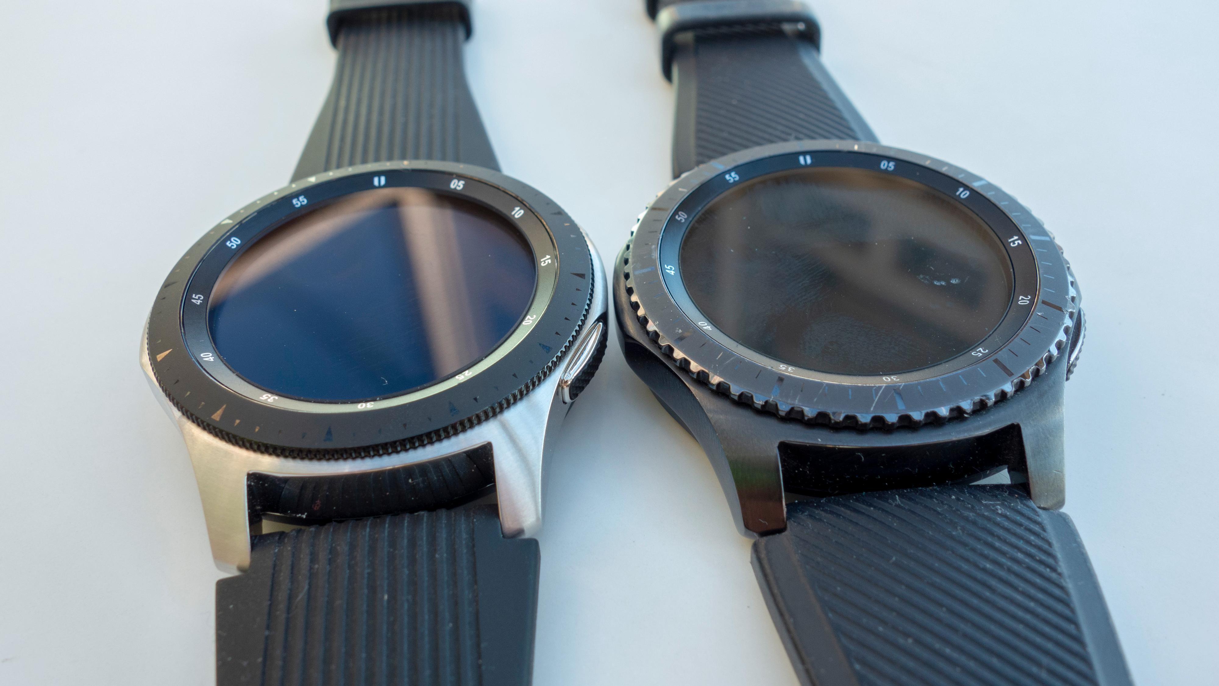 Funksjonsringen har blitt forbedret. Galaxy Watch (venstre) har en mer fintagget ring.