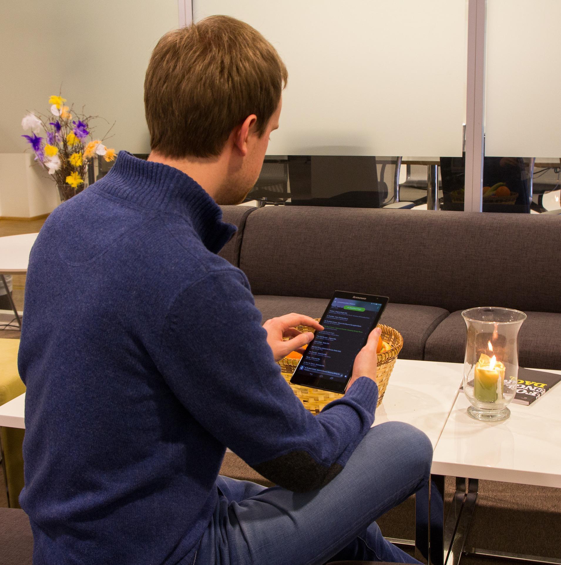 Lite og hendig. Lenovos Tab S8-50 ligger behagelig i hånden. Foto: Vegar Jansen, Tek.no