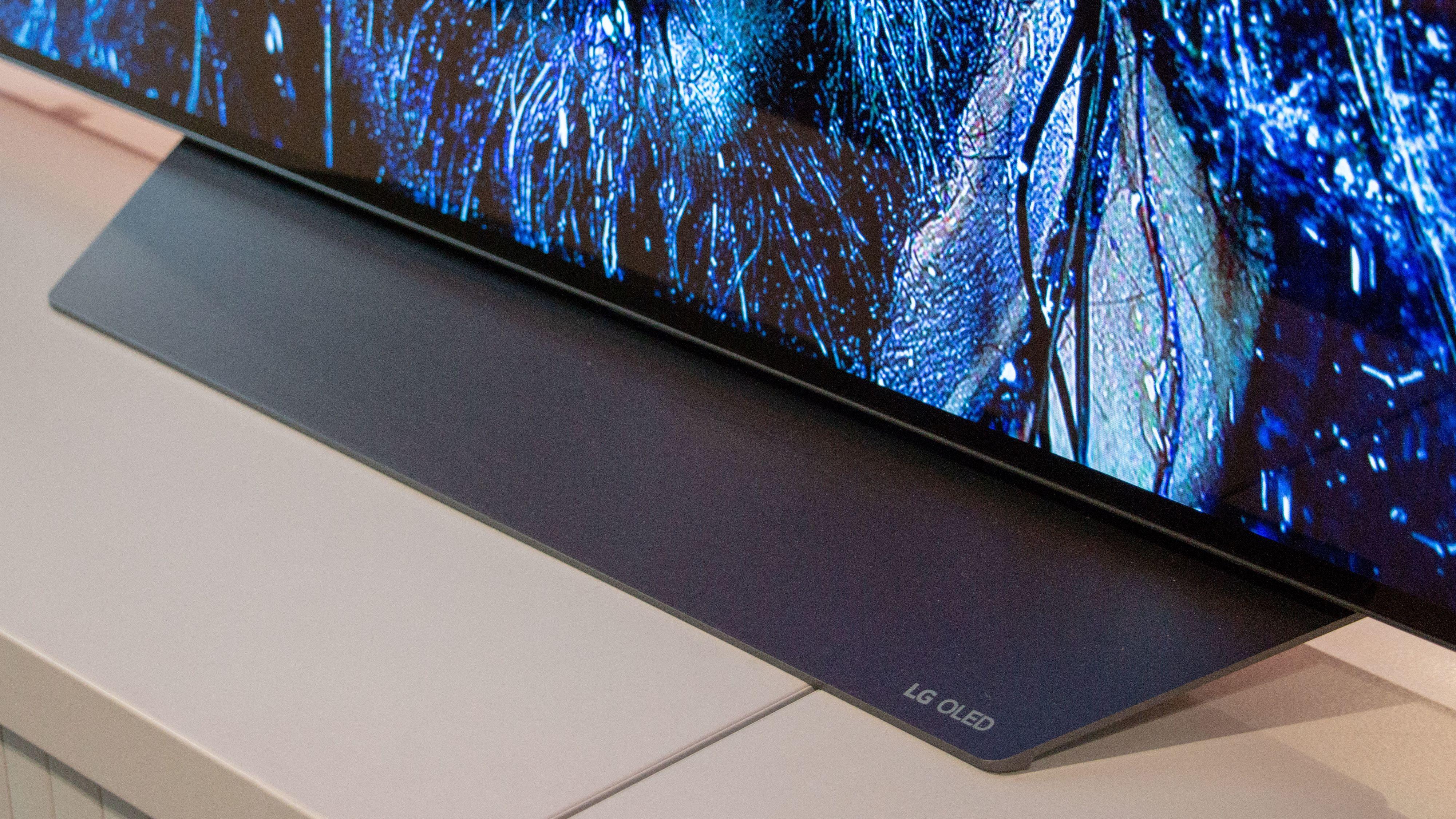 Foten til TV-en ligner mye på den vi så hos LG E8.