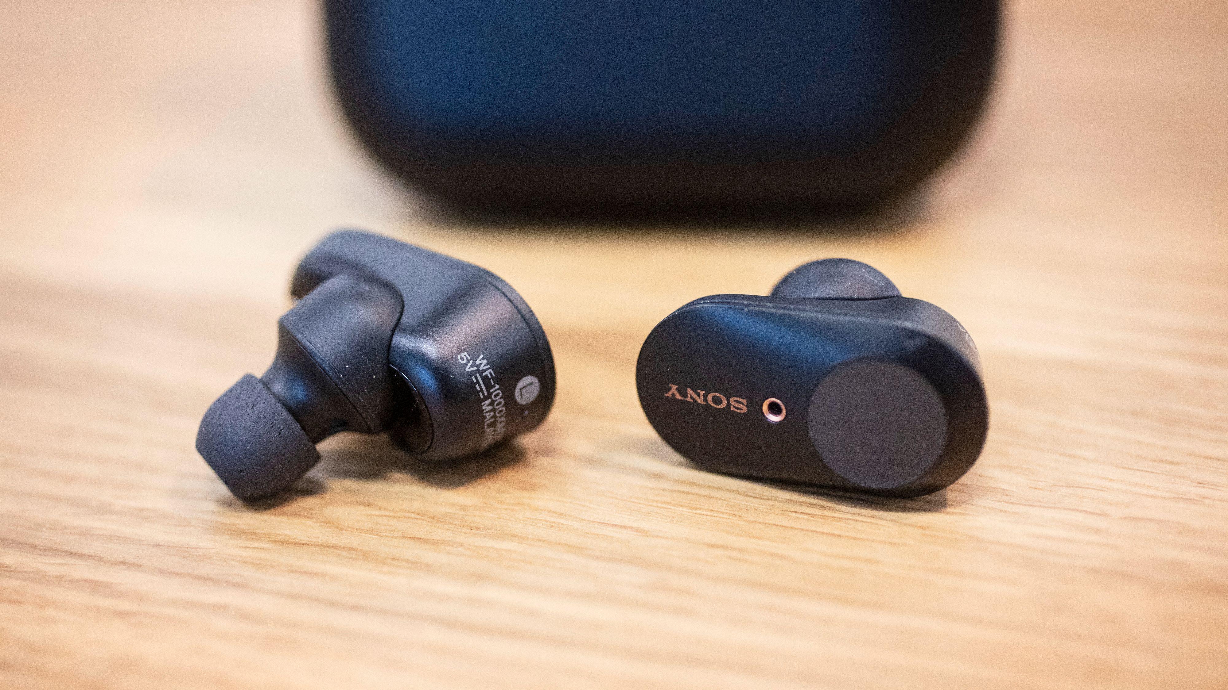 Sony-pluggene mangler den lille vingen som holdt forgjengeren på plass. Utvendig har de fått touchpaneler som fungerer som fjernkontroll.