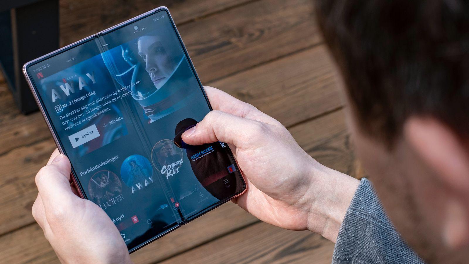 Galaxy Z Fold2 har en liten «krøll» midt på skjermen. Den er så myk at den bør helst ikke trykkes hardt på. Akkurat hvordan en skjermpenn og et slikt mykt område kommer til å gå overens er ett av de store spørsmålene som melder seg etter Twitter-meldingene fra Ice universe.