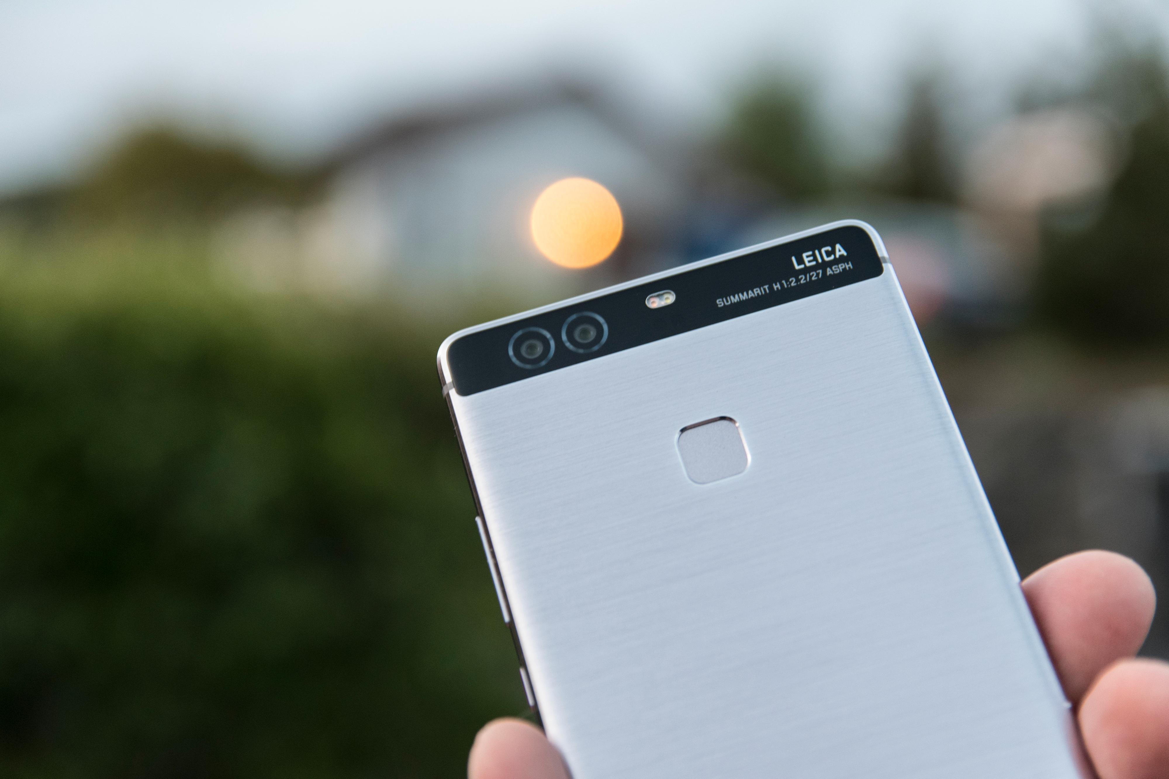 Det doble kameraet på baksiden får telefonen til å se litt særegen ut. Svart-hvitt-kameraet hjelper hovedkameraet, eller kan brukes til gråtonebilder.