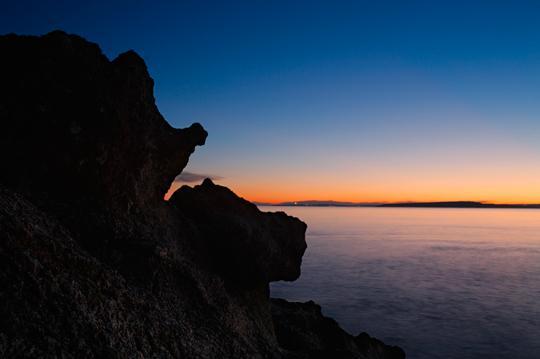 Kveld på vestsiden av Jeløy. Bildet er satt sammen av to ulike eksponeringer, og redigert i 16 bits modus. Himmelen er helt jevn, uten synlige overganger. Foto: Edmund Schilvold