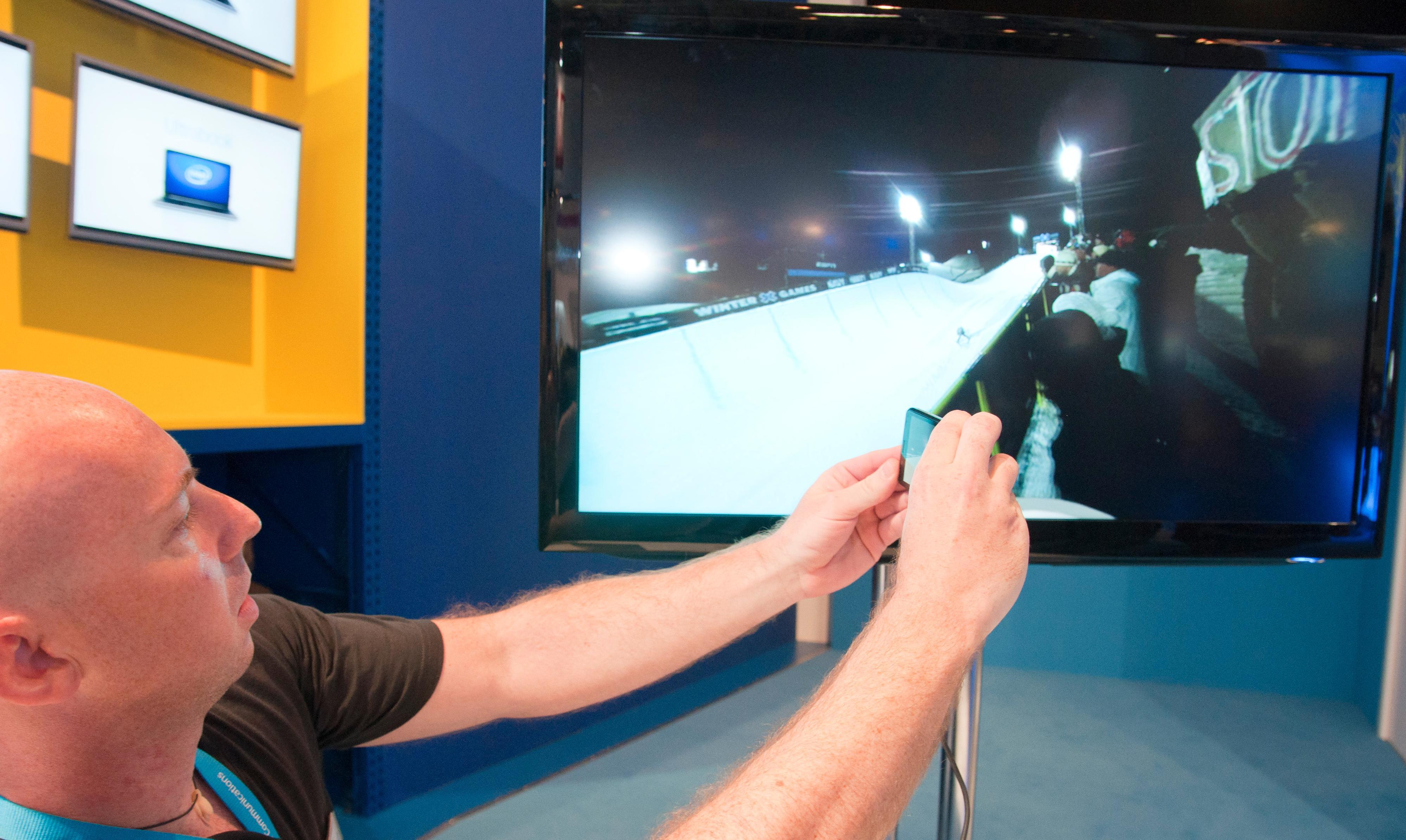 En av Intels ansatte viser frem panorering i videoavspilling på en annen Intel-basert telefon. Her kan du trekke fingrene rundt på skjermen for å endre kameravinkel sømløst mens videoen spilles. Dette kan også gjøres med Grand X IN.