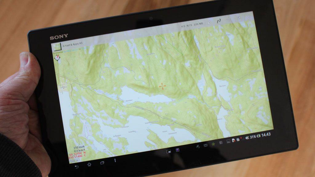 Du kan også navigere på topografiske kart via en app. Siden brettet er vanntett gjør det ikke noe om det kommer en regnskur.Foto: Espen Irwing Swang, Amobil.no