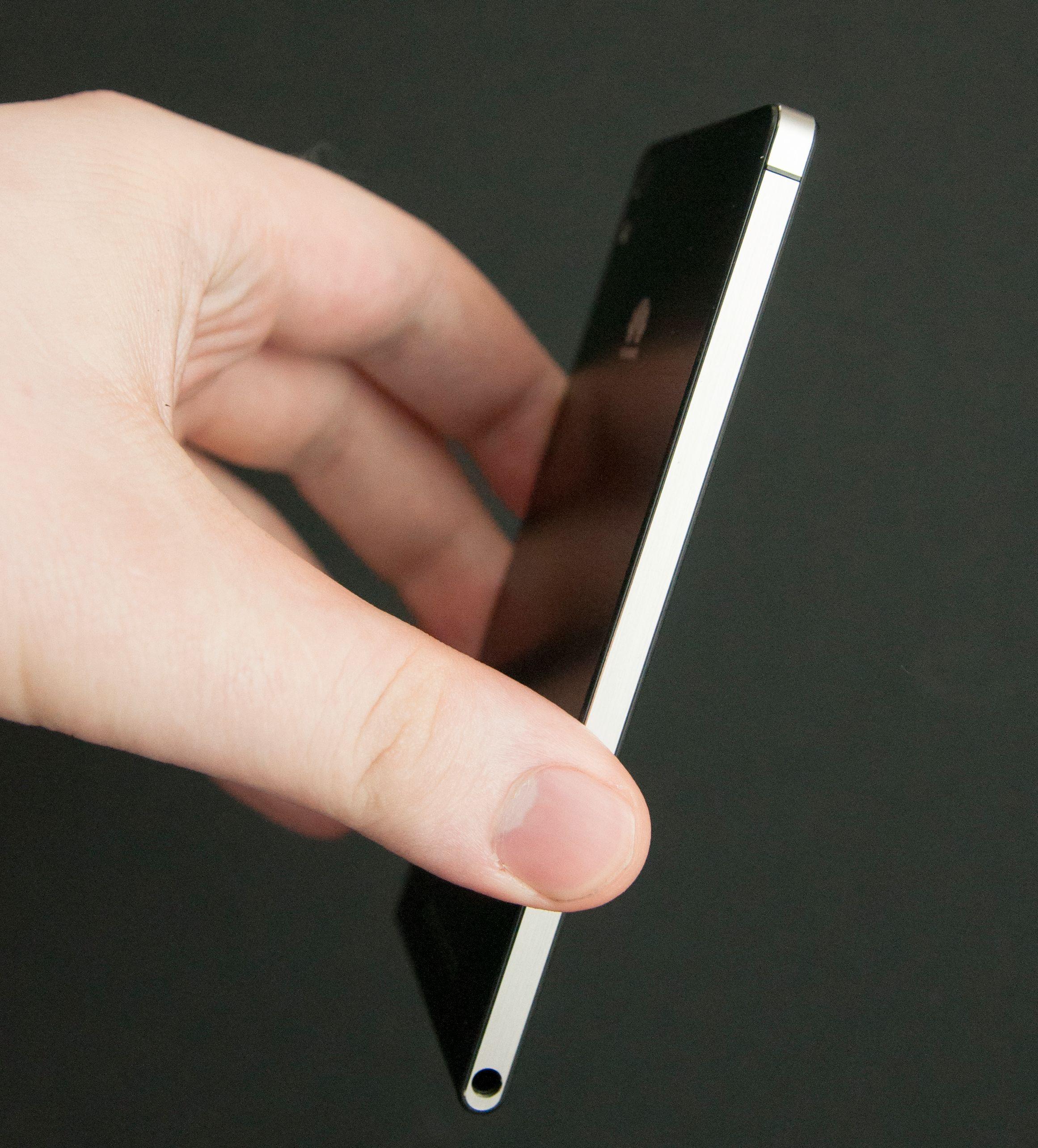 Ascend P6 er en svært tynn telefon. Vi ser også at Huawei har latt seg inspirere av Apples iPhone-design.Foto: Finn Jarle Kvalheim, Amobil.no