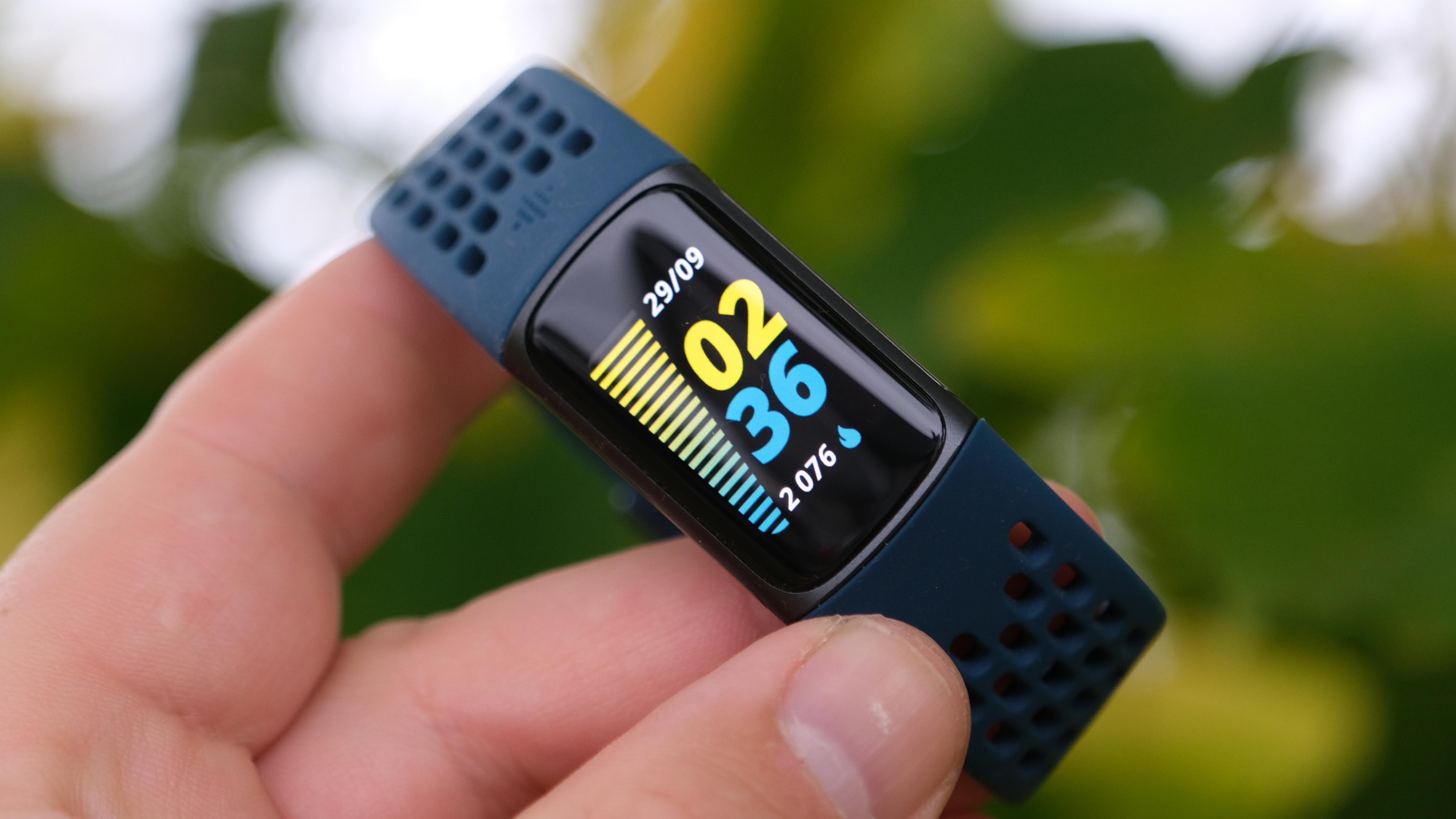 Fitbit Charge 5 er et smartbånd vi fint kan anbefale deg.