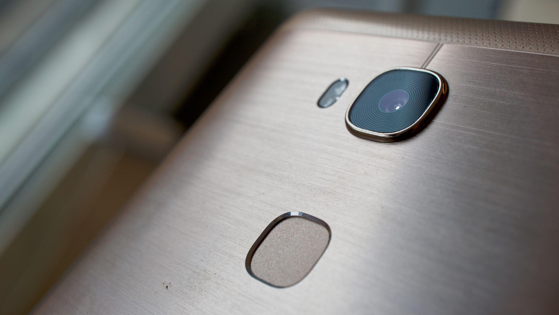 Fingeravtrykksleseren er lynrask og presis, og bedre plassert enn på Honor 7. Kameraet ser også lekkert ut, med små sirkeldetaljer a là Samsung Galaxy S7.