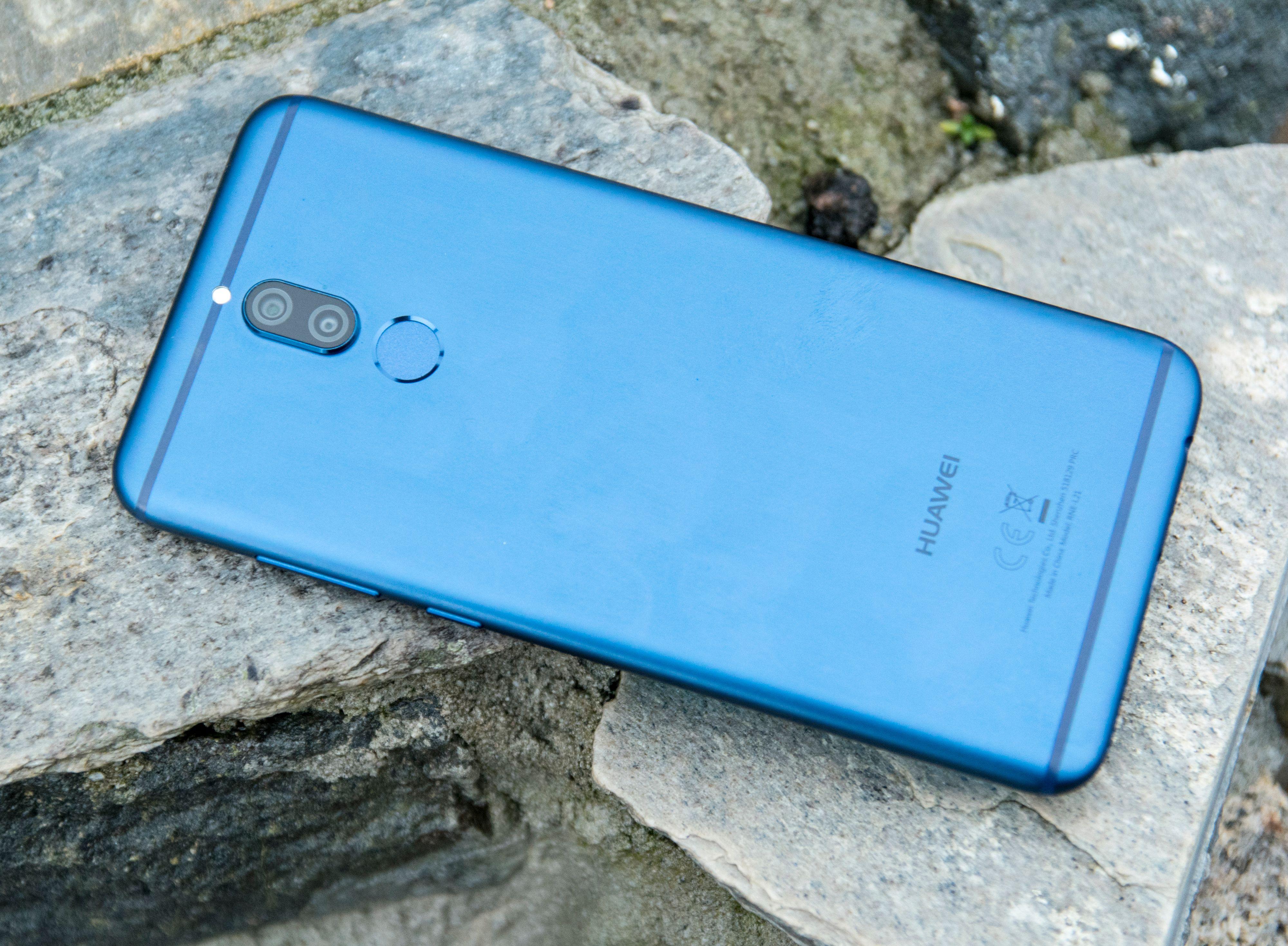Mate 10 Lite er ingen liten telefon, men sammenlikner du med telefoner som har rammer og tradisjonell 5,5-tommers skjerm blir Huaweis rimelige helskjermmobil ganske kompakt.