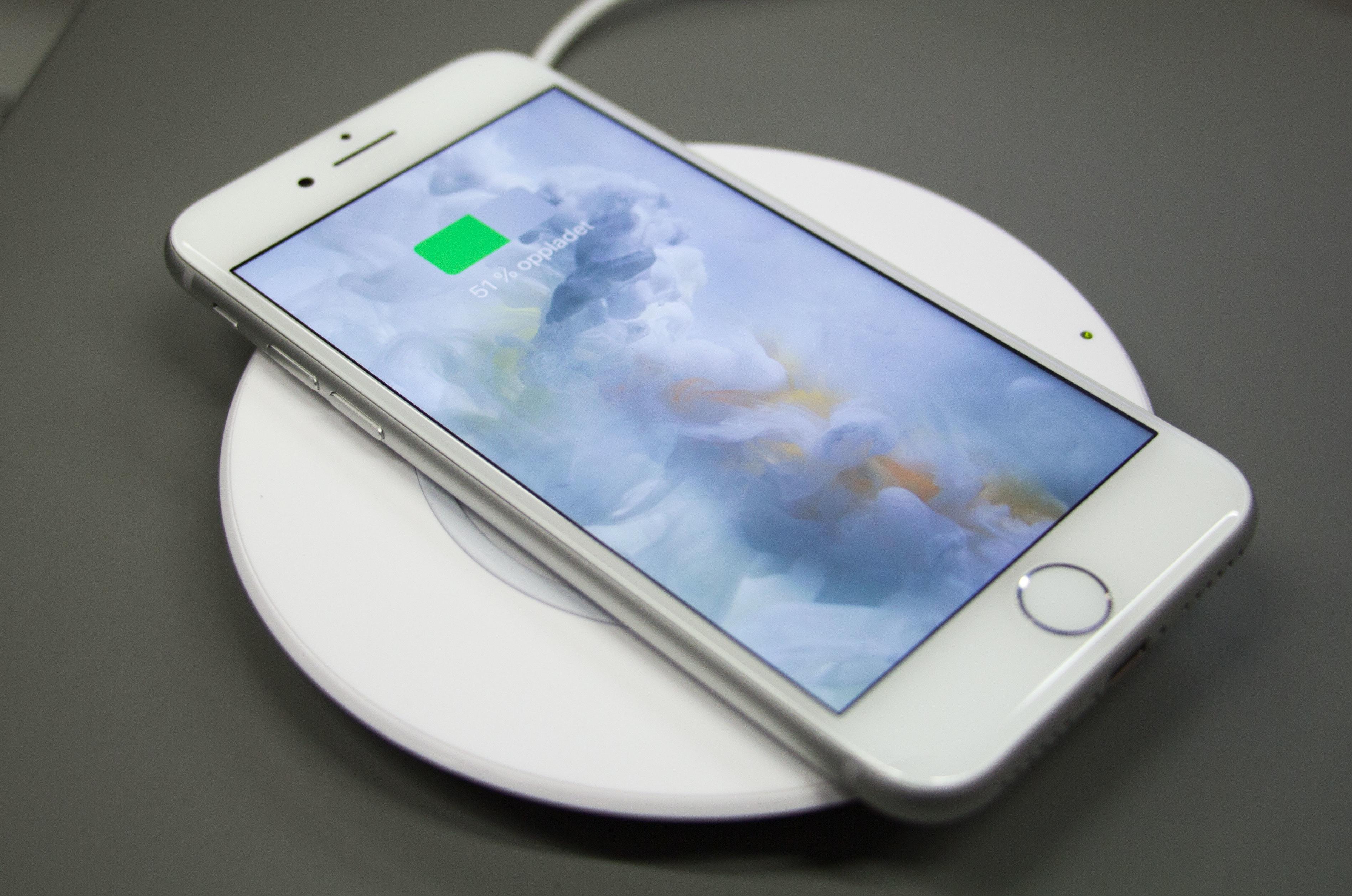 Nytt i iPhone 8 er støtte for trådløs lading.