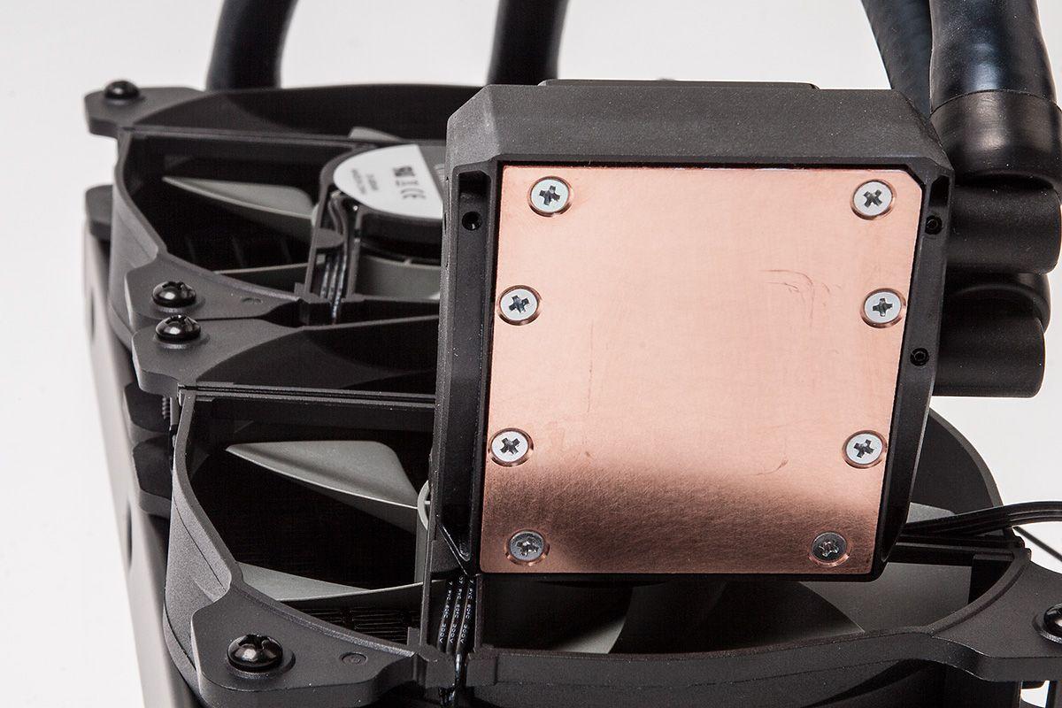 Slik ser kobbersålen på Corsair Hydro H100i ut etter at vi har testet og vasket den.Foto: Varg Aamo, hardware.no