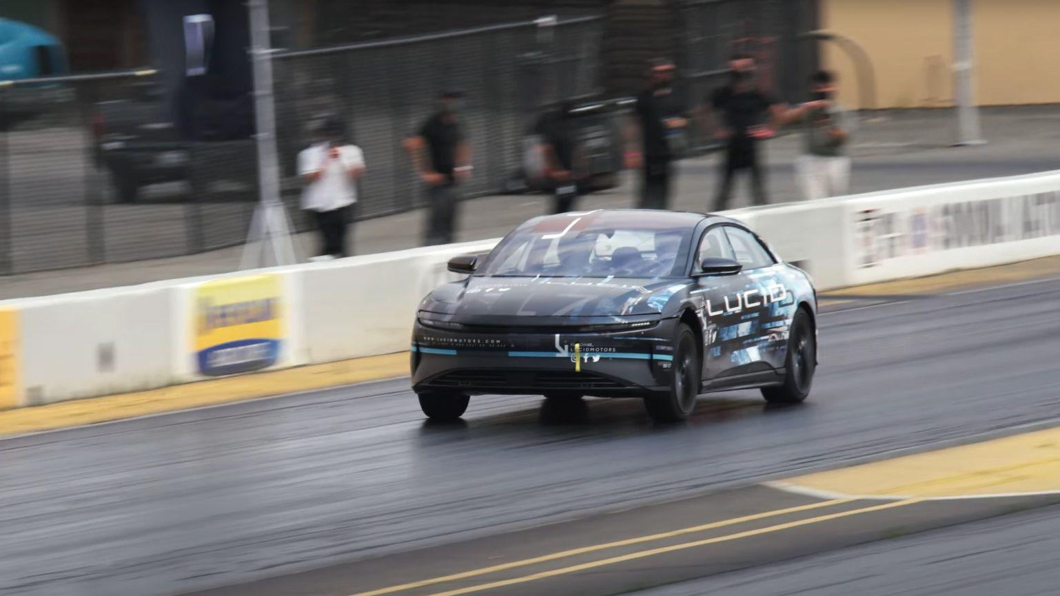 Lucid Air oppnådde en quarter mile-tid på imponerende 9,9 sekunder på dragstripa. I videoen kan også skimtes en Tesla Model S ved siden av.