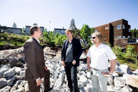 Samferdselsministeren i samtale med entreprenør Knut Eide (i midten).Foto: Tom Gustavsen